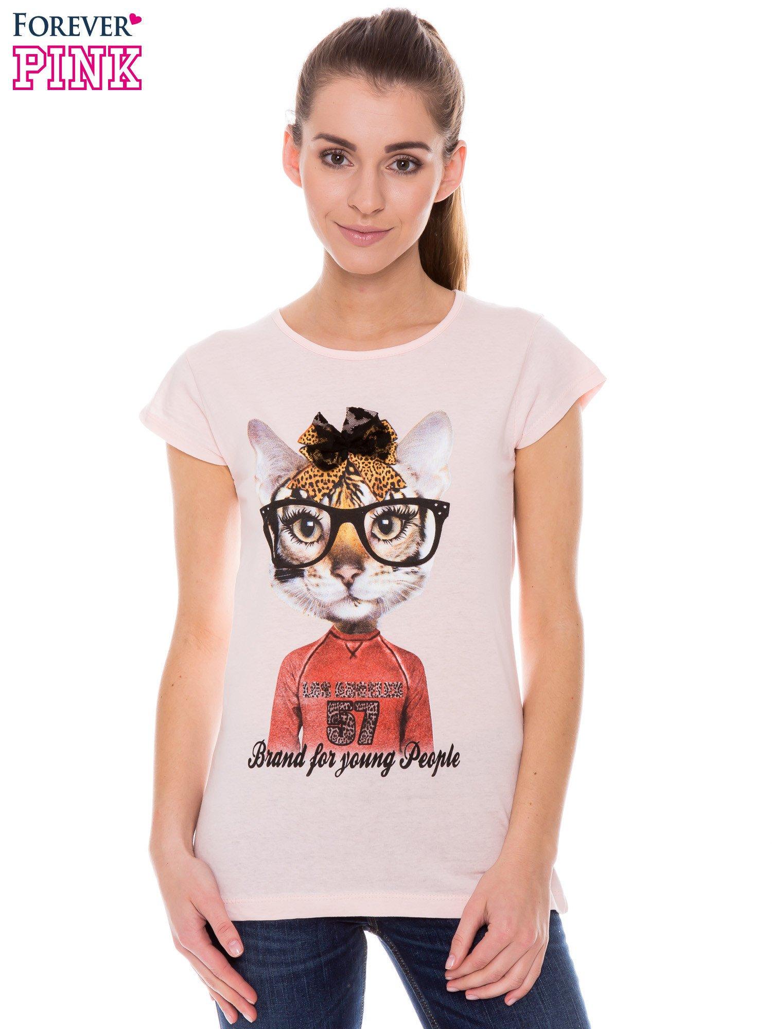 Koralowy t-shirt z nadrukiem kotki w nerdach                                  zdj.                                  1