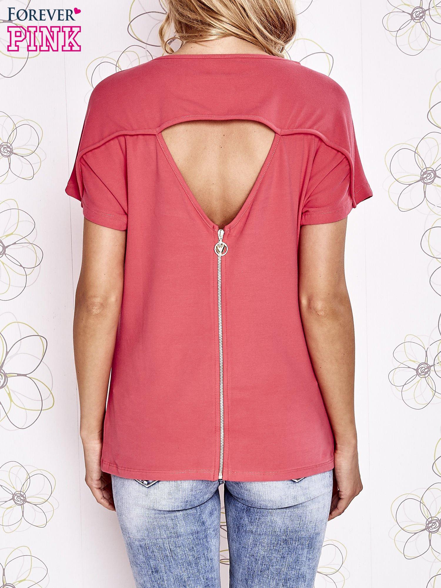 Koralowy t-shirt z napisem i trójkątnym wycięciem na plecach                                  zdj.                                  2
