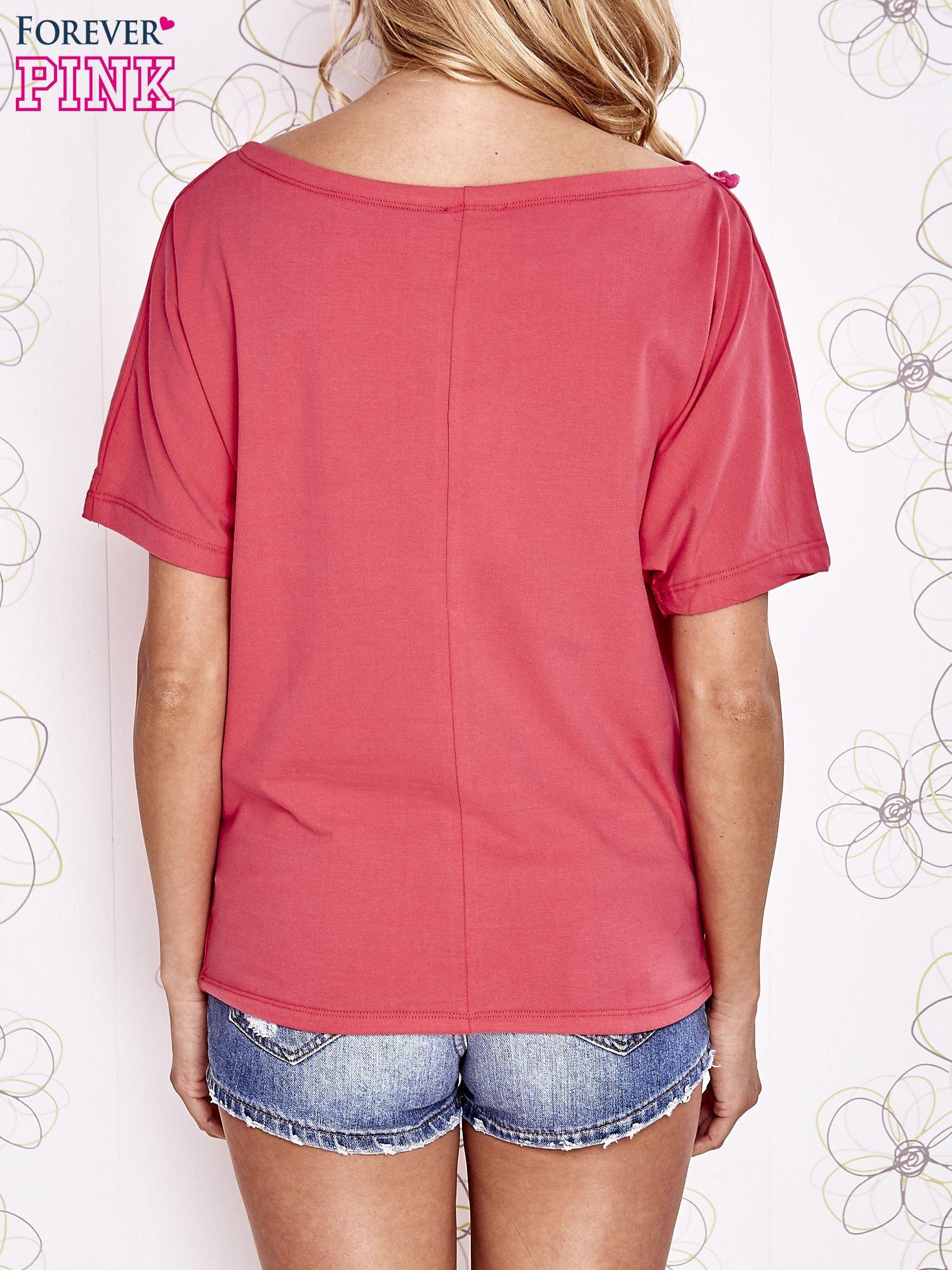 Koralowy t-shirt z różowymi pomponikami przy dekolcie                                  zdj.                                  4