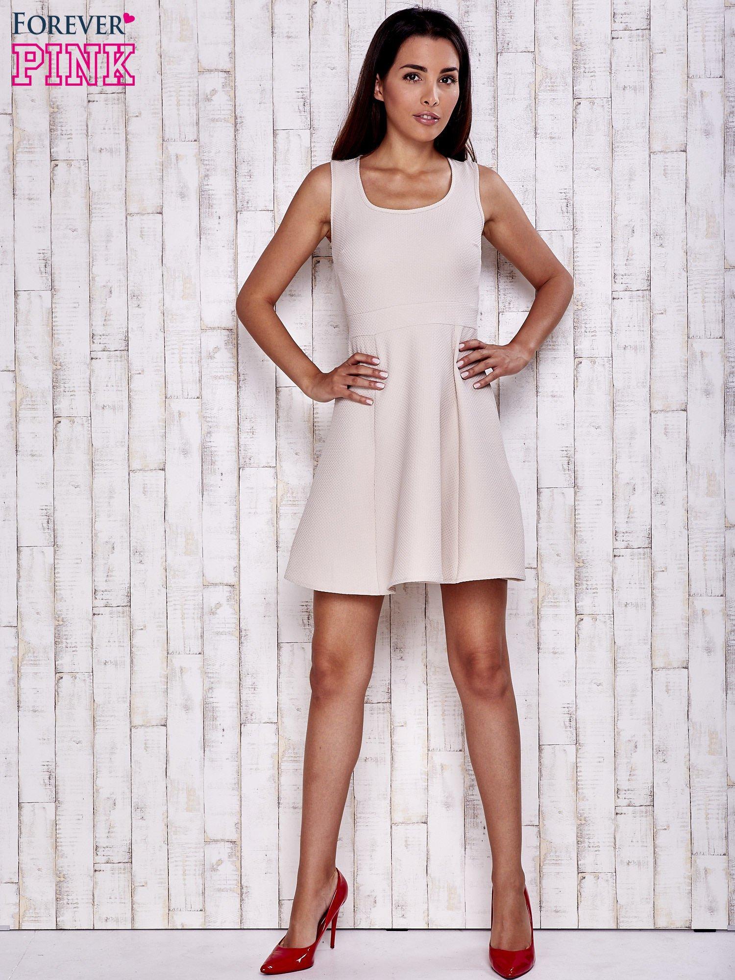Kremowa fakturowana rozkloszowana sukienka                                  zdj.                                  4
