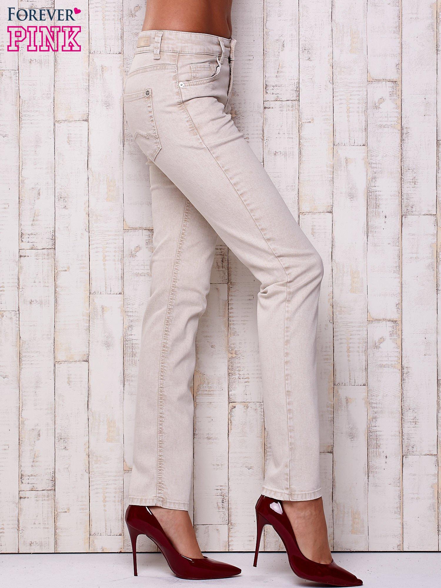 Kremowe proste spodnie ze srebrnymi napami                                  zdj.                                  3