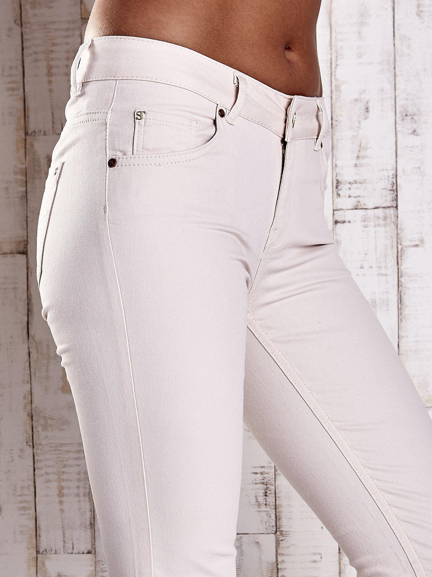 Kremowe spodnie ze złotymi napami                                  zdj.                                  5