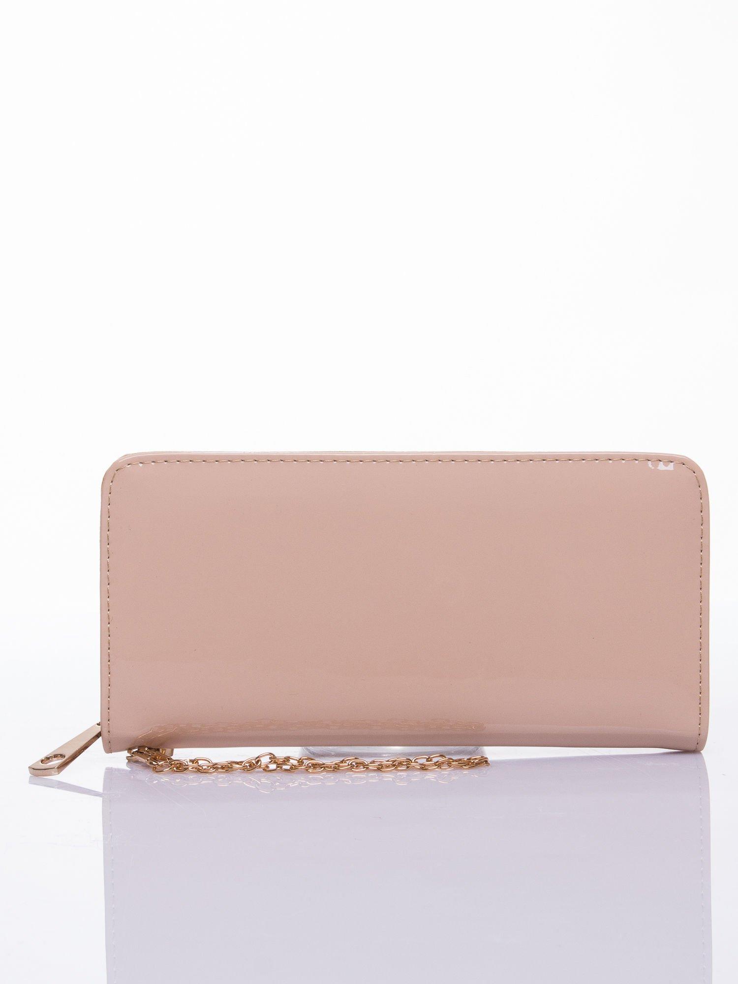 Kremowy lakierowany portfel z odpinanym złotym łańcuszkiem                                  zdj.                                  1