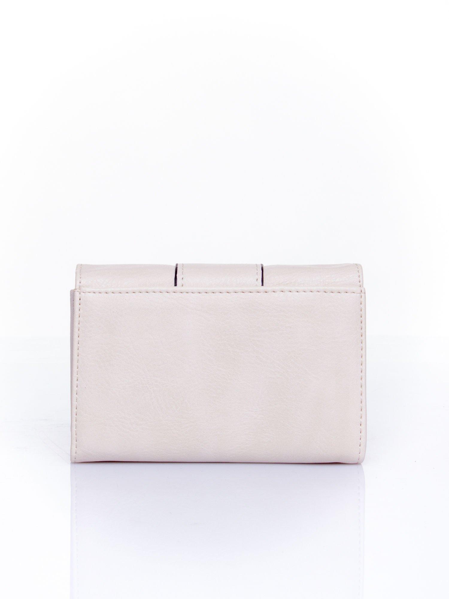 Kremowy portfel z ozdobnym zapięciem                                  zdj.                                  2