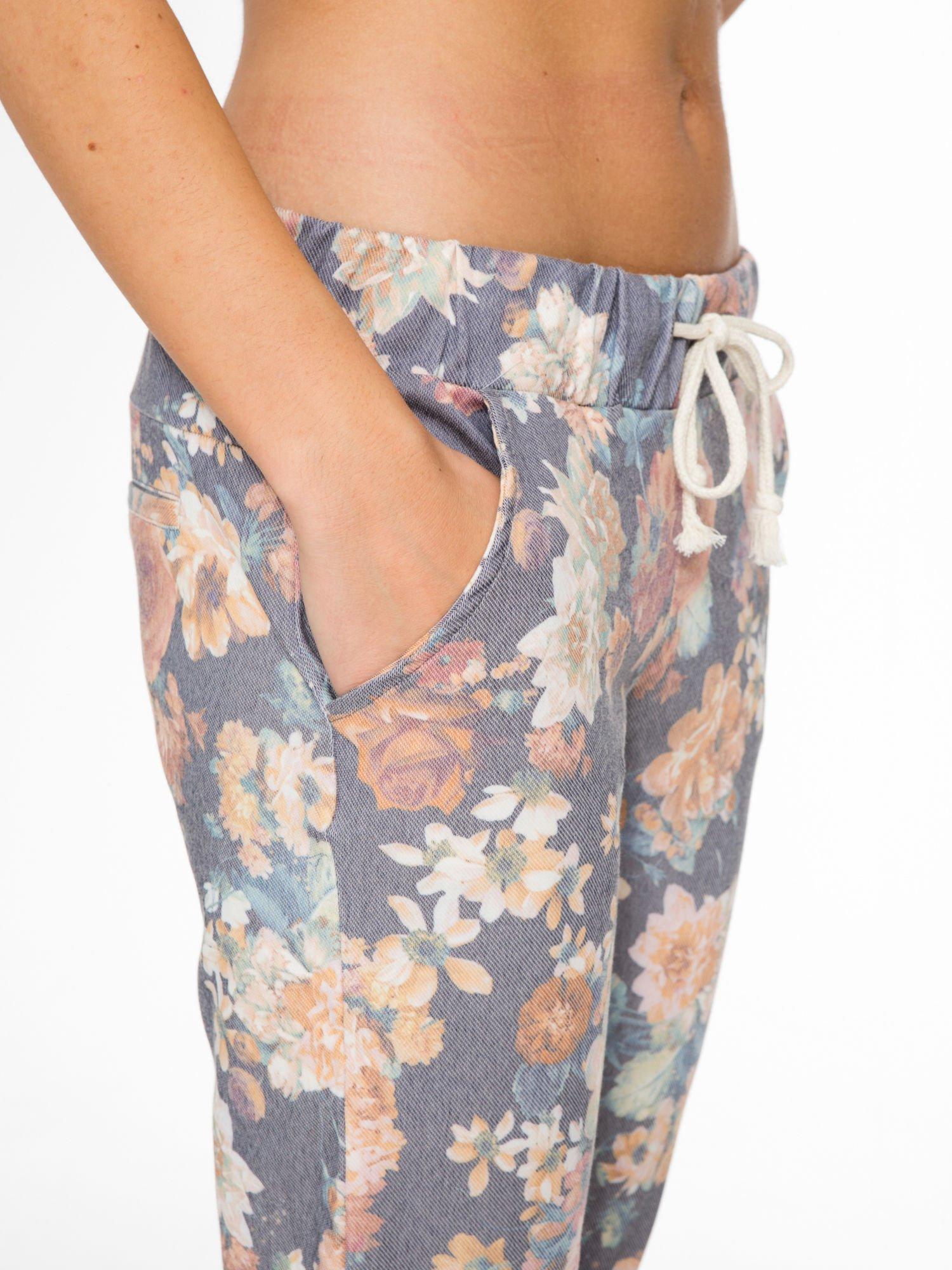 Kwiatowe spodnie dresowe ściągane w pasie                                  zdj.                                  6