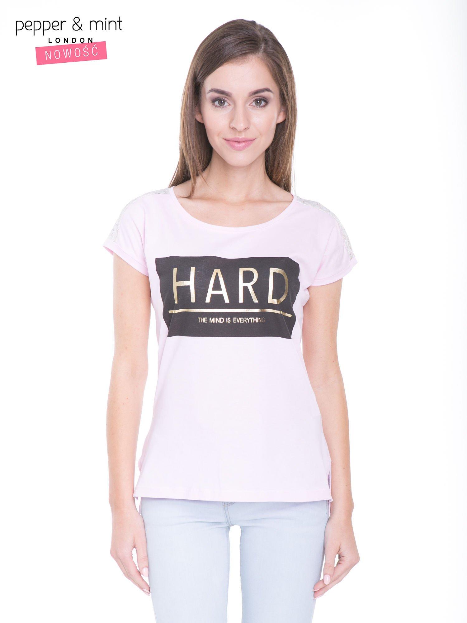 Liliowy t-shirt z metalicznym nadrukiem HARD i koronkową wstawką z tyłu                                  zdj.                                  1
