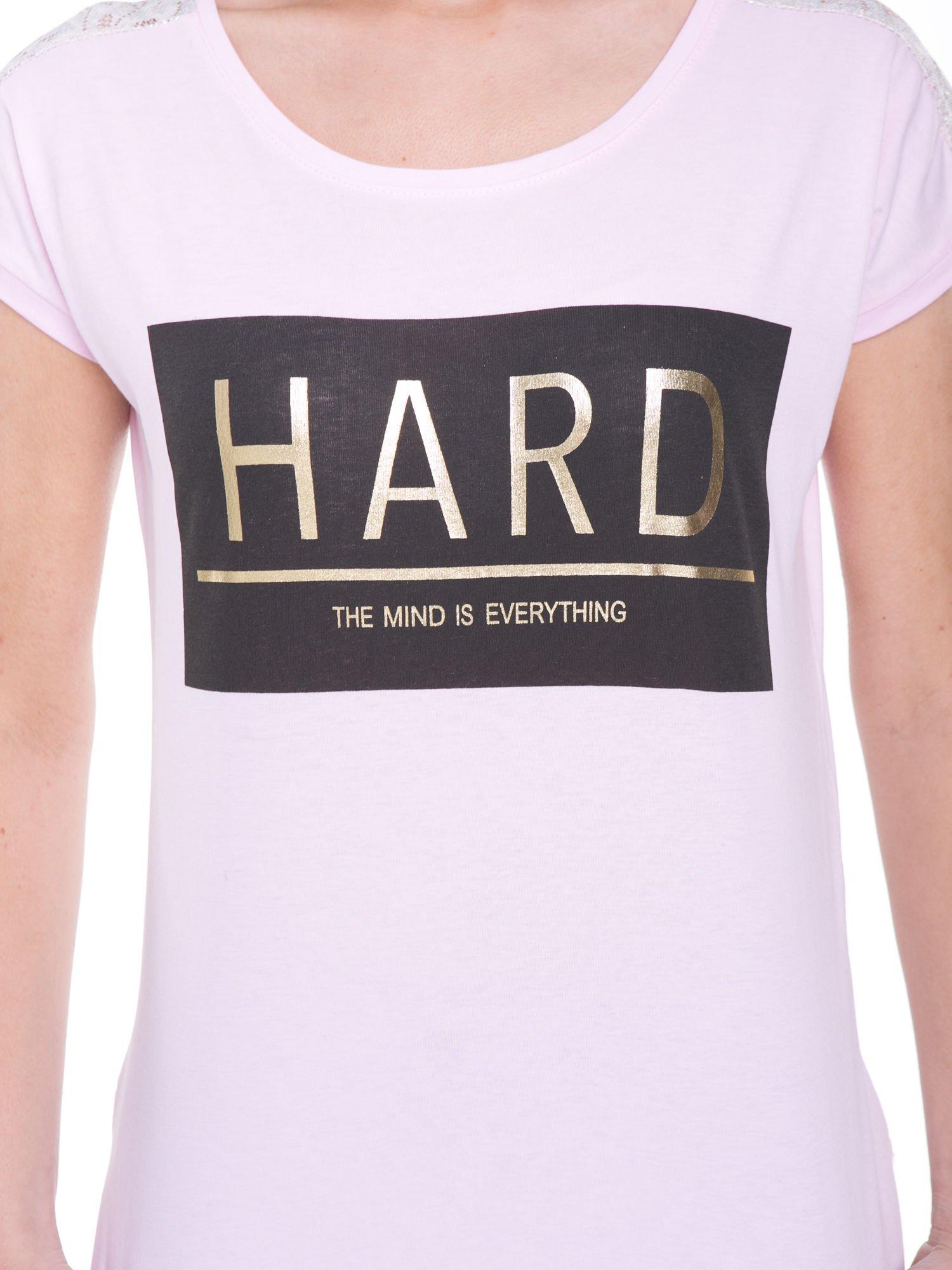 Liliowy t-shirt z metalicznym nadrukiem HARD i koronkową wstawką z tyłu                                  zdj.                                  6