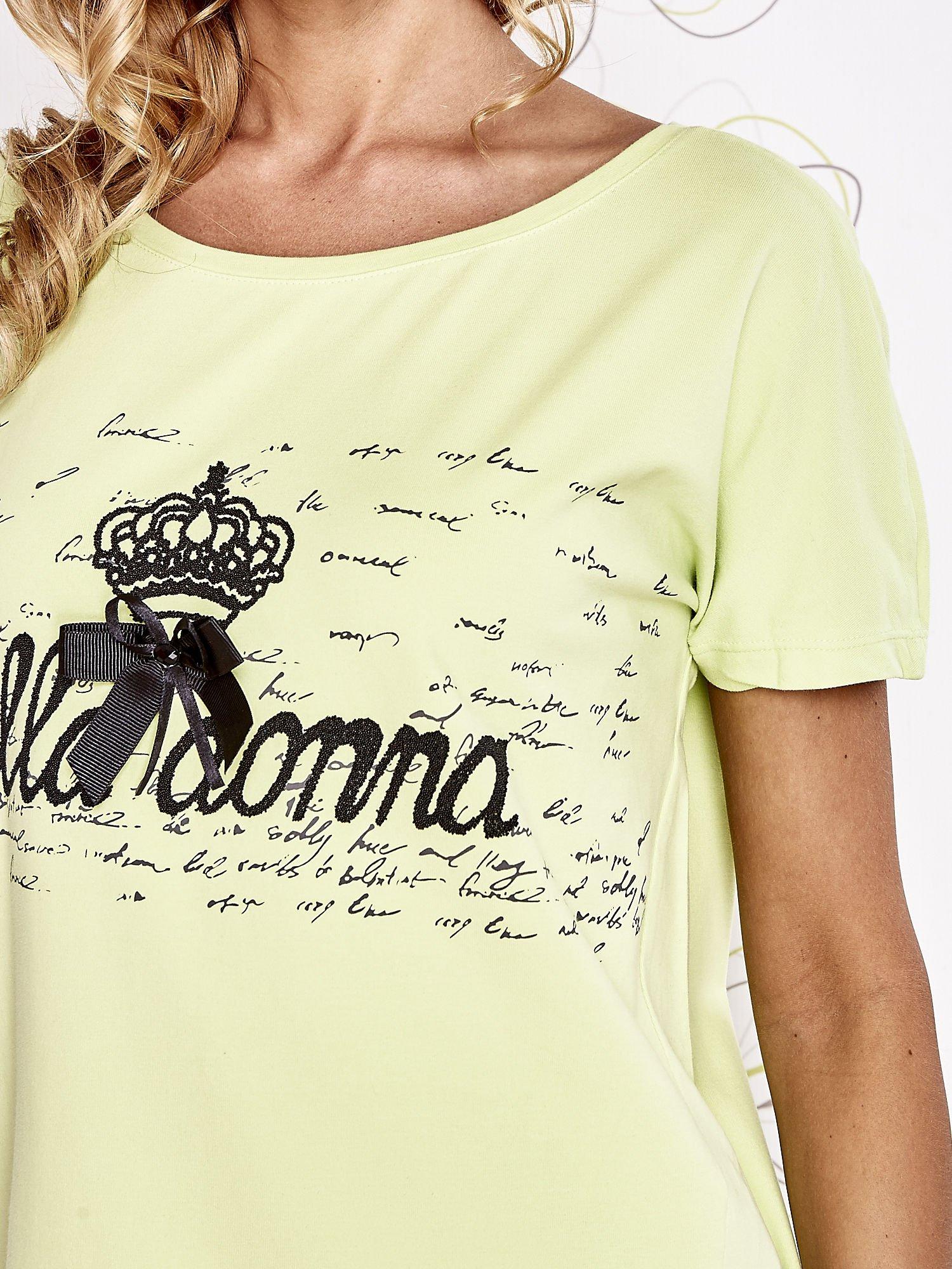 Limonkowy t-shirt z ozdobnym napisem i kokardą                                  zdj.                                  5