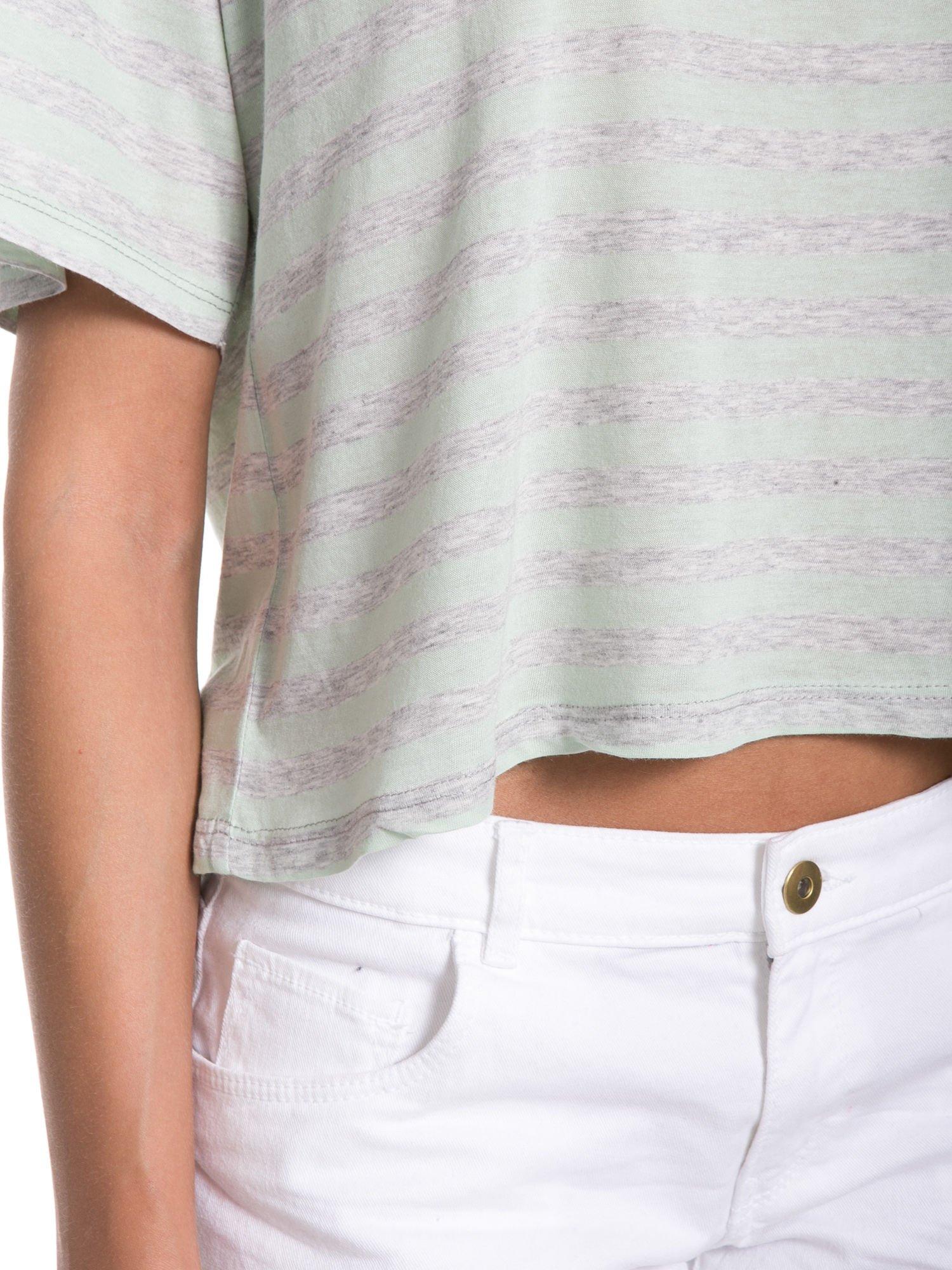 Luźny krótki t-shirt z kieszonką w zielone paski                                  zdj.                                  8