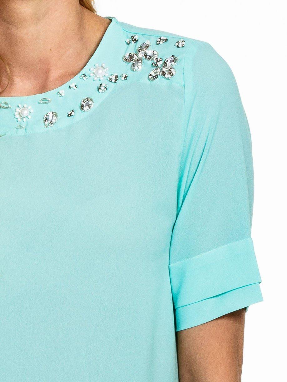 Miętowa koszula dwuwarstwowa z biżuteryjnym dekoltem                                  zdj.                                  4