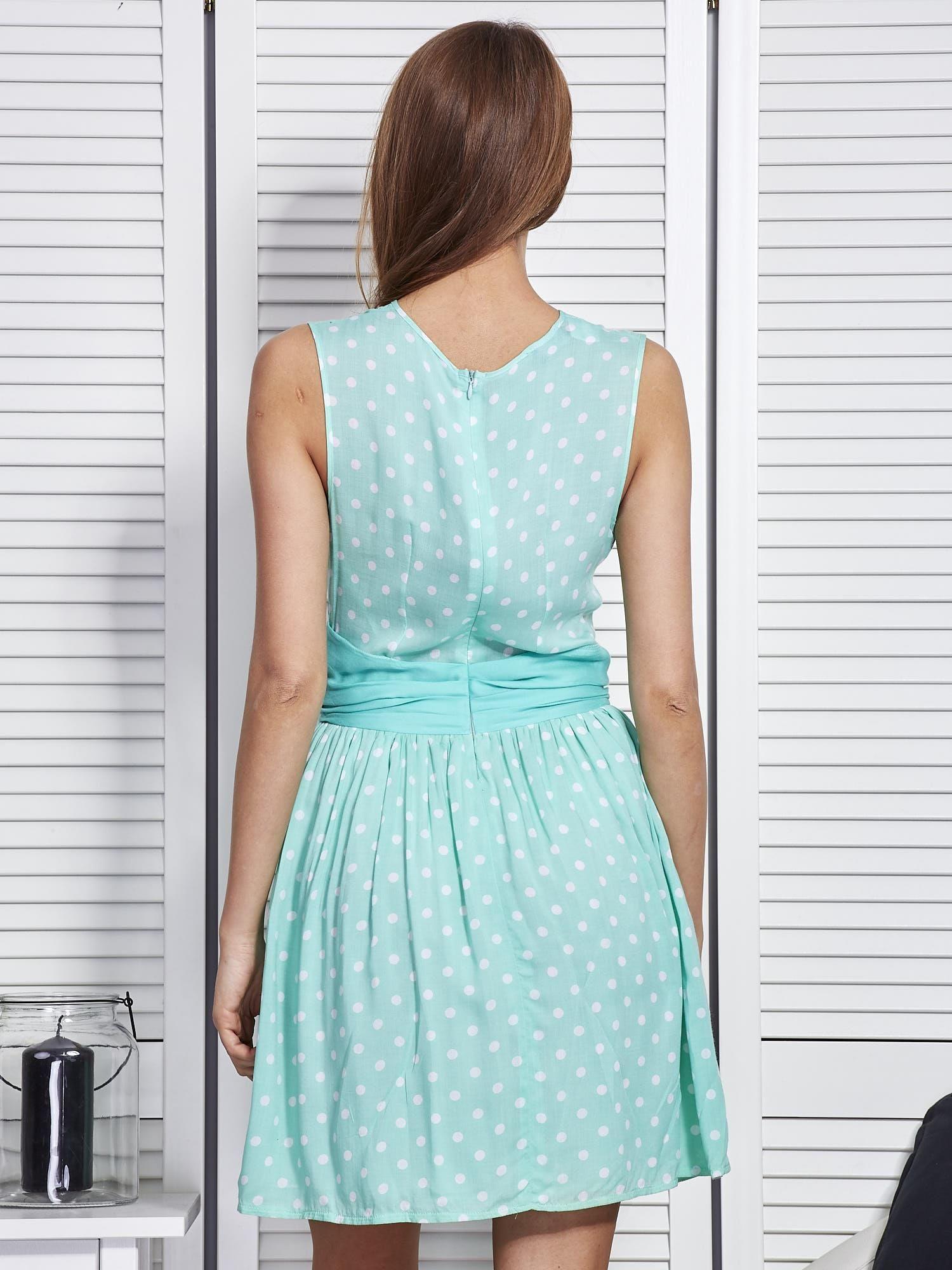 f7cf03aa72 Miętowa sukienka w grochy z ozdobną kokardą - Sukienka koktajlowa ...