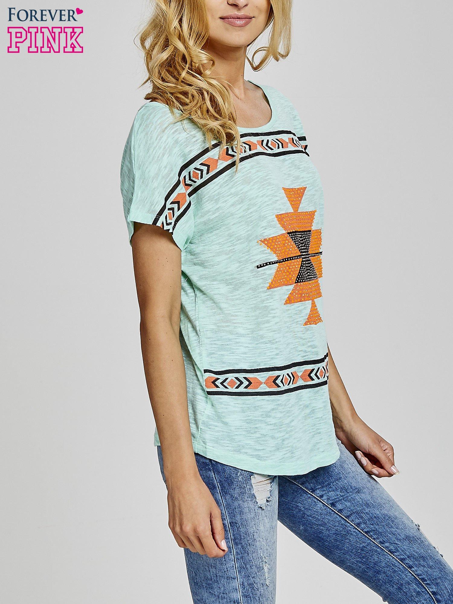 Miętowy t-shirt we wzory azteckie z dżetami                                  zdj.                                  3
