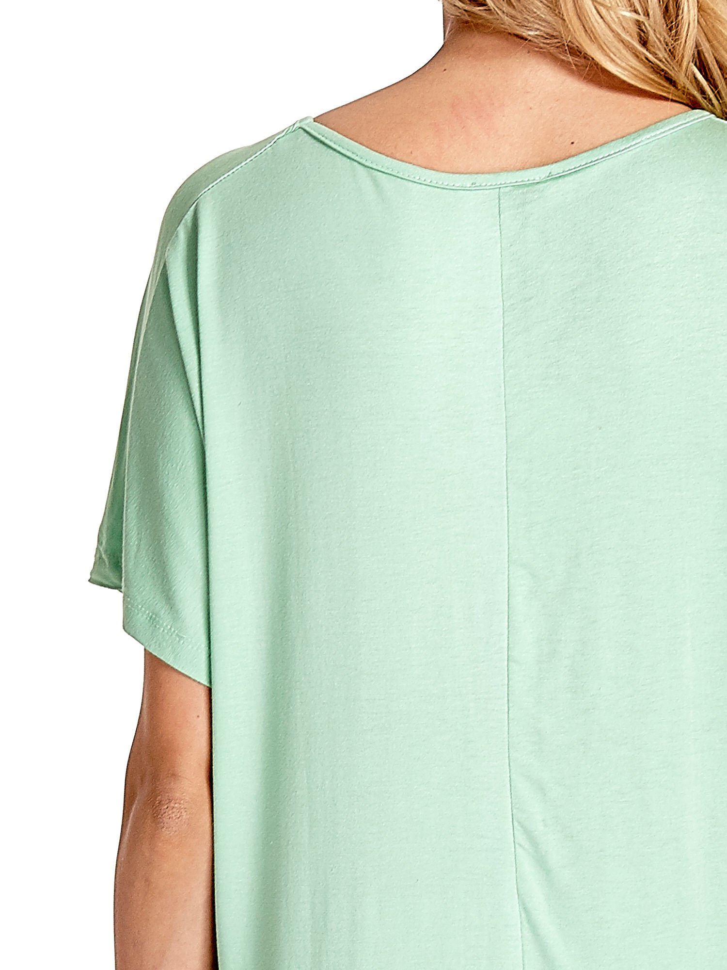Miętowy t-shirt z biżuteryjnym napisem LOVE                                  zdj.                                  6