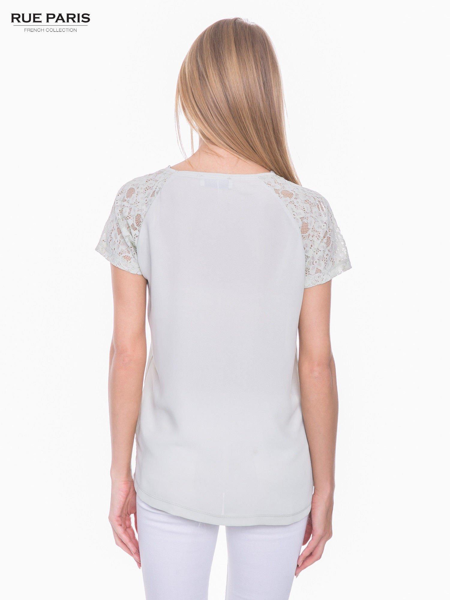 Miętowy t-shirt z koronkowymi rękawami i szyfonowym tyłem                                  zdj.                                  3