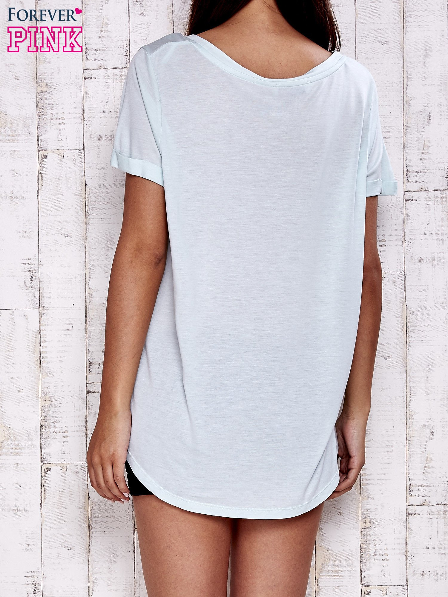 Miętowy t-shirt z przedłużanym tyłem                                  zdj.                                  2