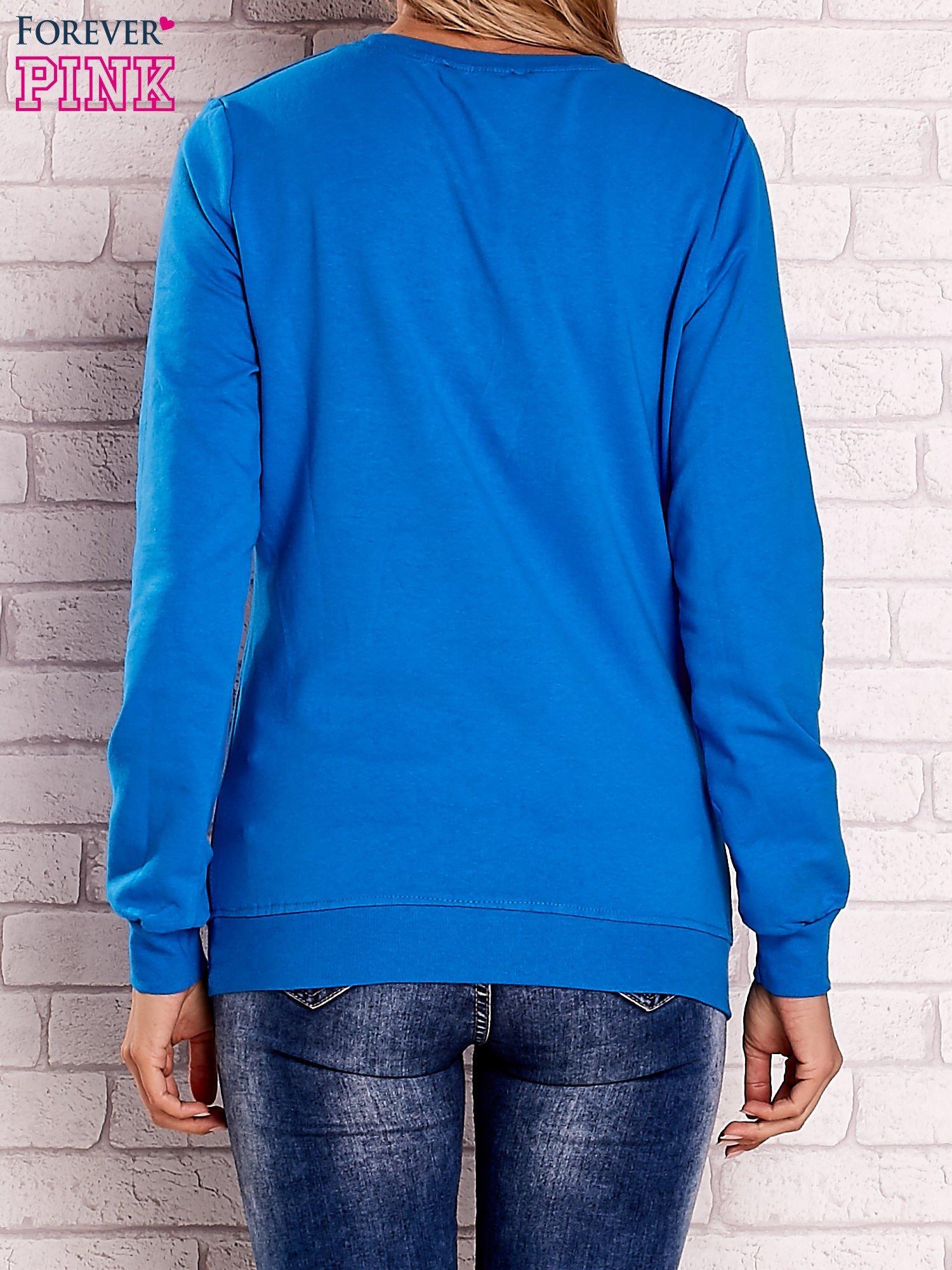 Niebieska bluza z kolorowymi naszywkami                                  zdj.                                  2