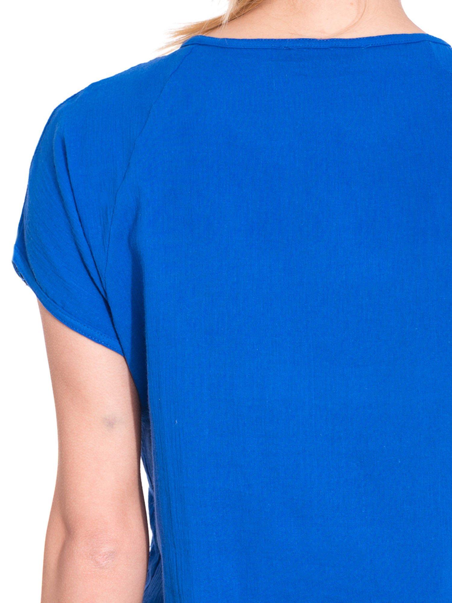 Niebieska bluzka koszulowa z haftem i ażurowaniem przy dekolcie                                  zdj.                                  6