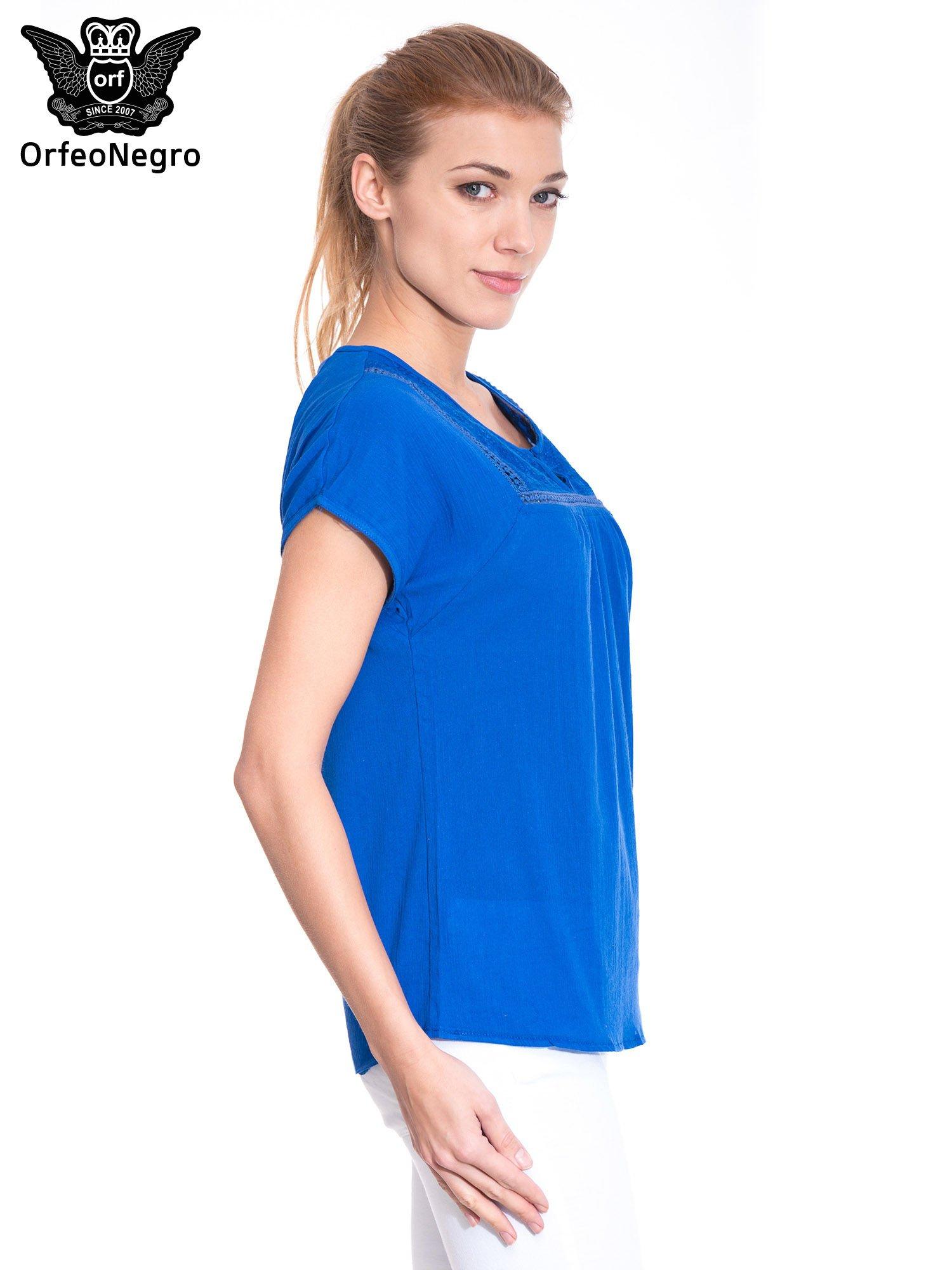 Niebieska bluzka koszulowa z haftem i ażurowaniem przy dekolcie                                  zdj.                                  3