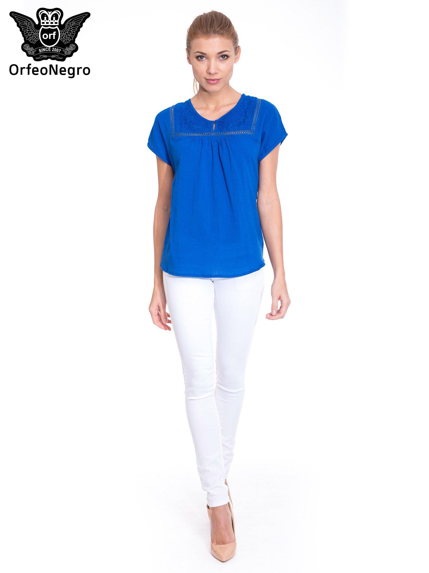 Niebieska bluzka koszulowa z haftem i ażurowaniem przy dekolcie                                  zdj.                                  2