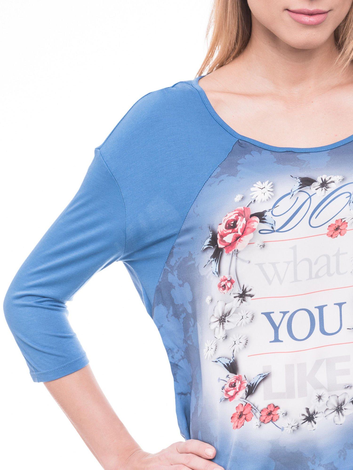 Niebieska bluzka z kwiatowym nadrukiem i rękawami 3/4                                  zdj.                                  5