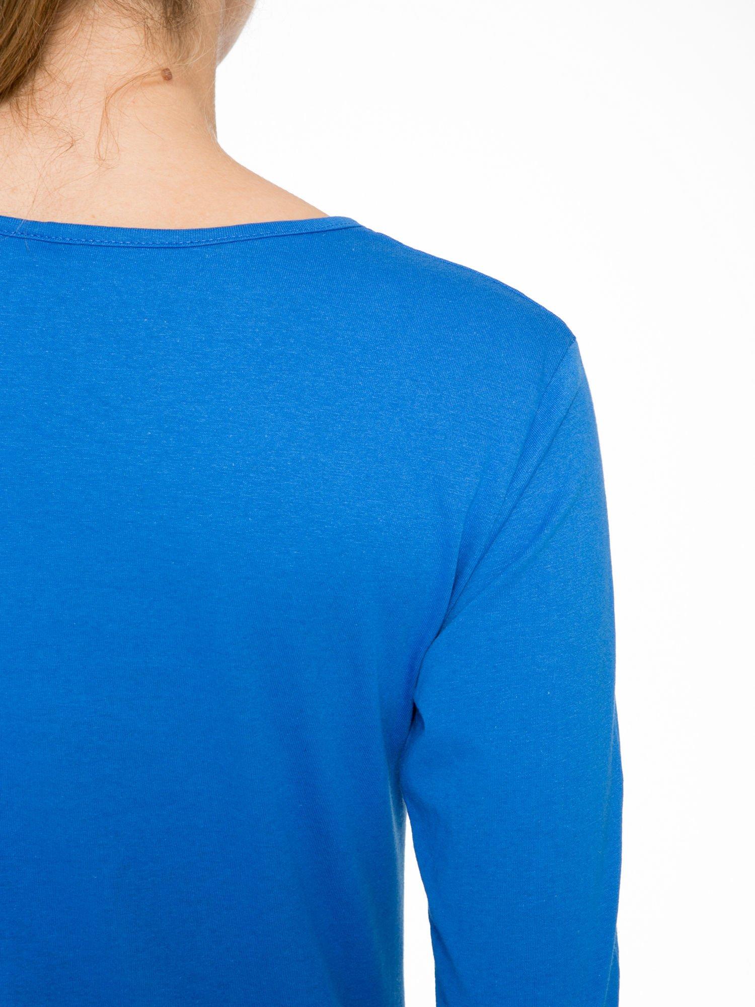 Niebieska bluzka z nadrukiem fashion i napisem MORE COLOUR                                  zdj.                                  9