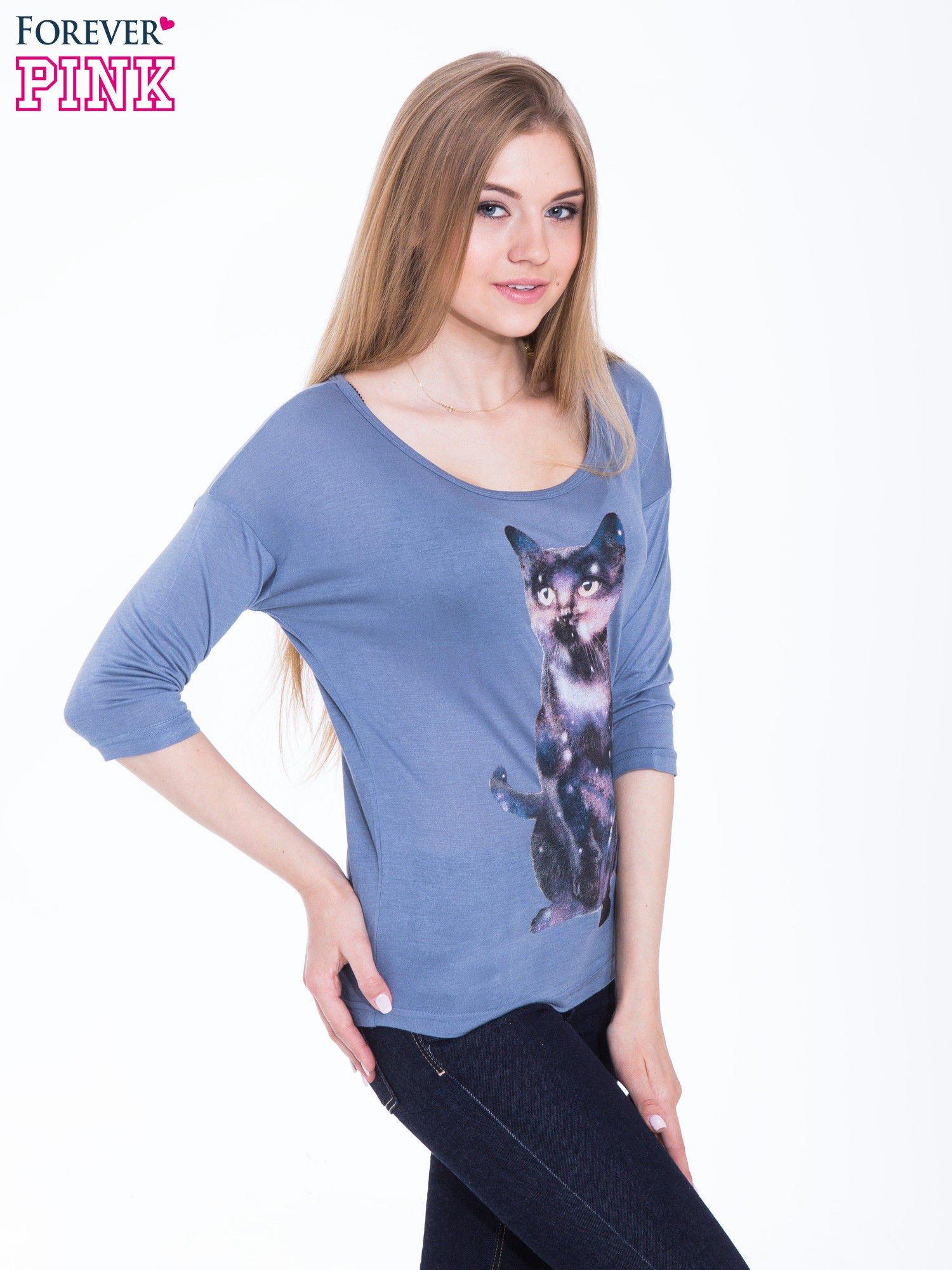 Niebieska bluzka z nadrukiem kota z efektem galaxy                                  zdj.                                  3