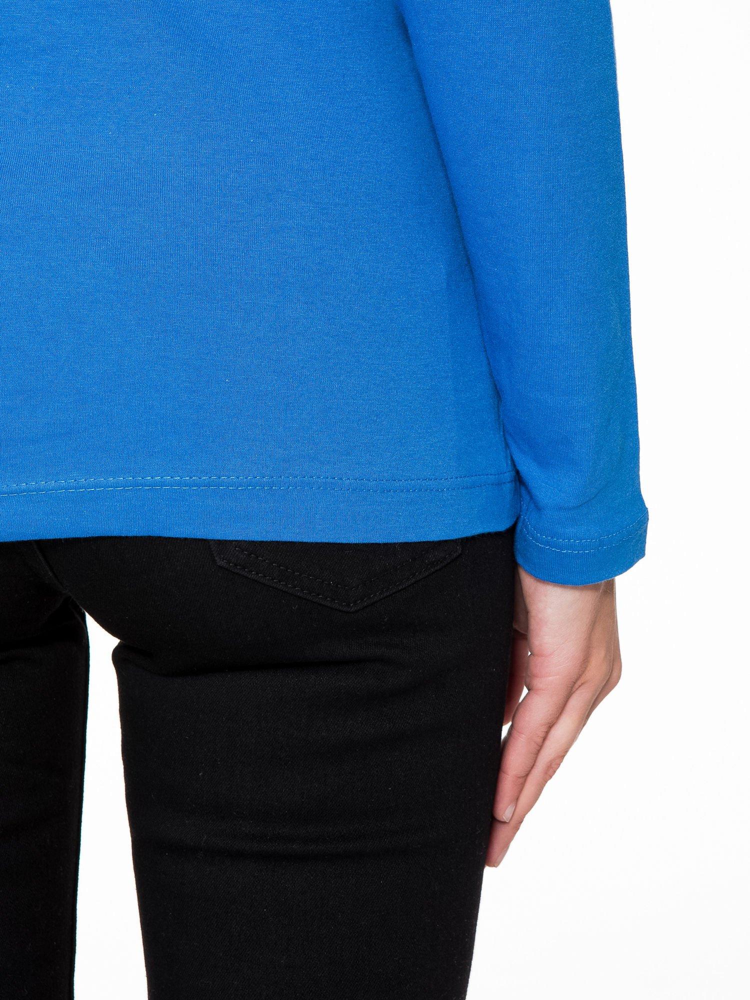 Niebieska bluzka z portretem kobiety i napisem GOOD GIRLS...                                  zdj.                                  9
