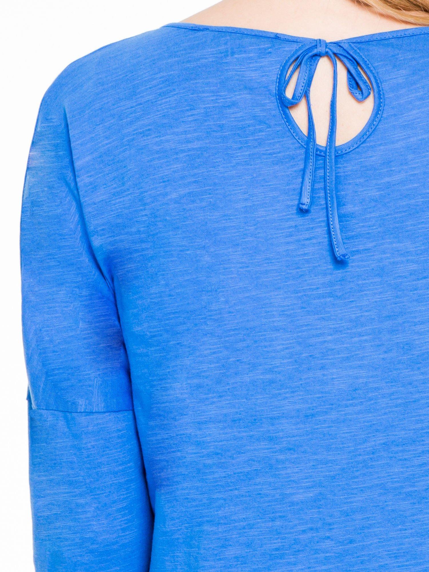 Niebieska bluzka z wiązanym oczkiem z tyłu                                  zdj.                                  7