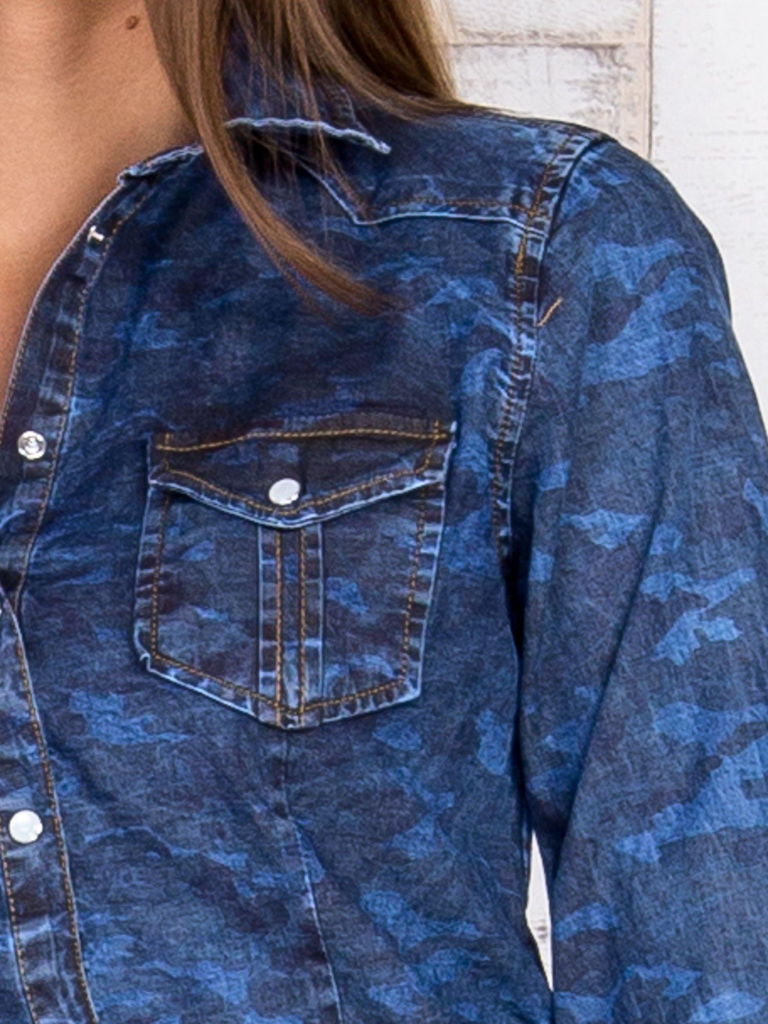 Niebieska damska koszula jeansowa w moro                                  zdj.                                  5