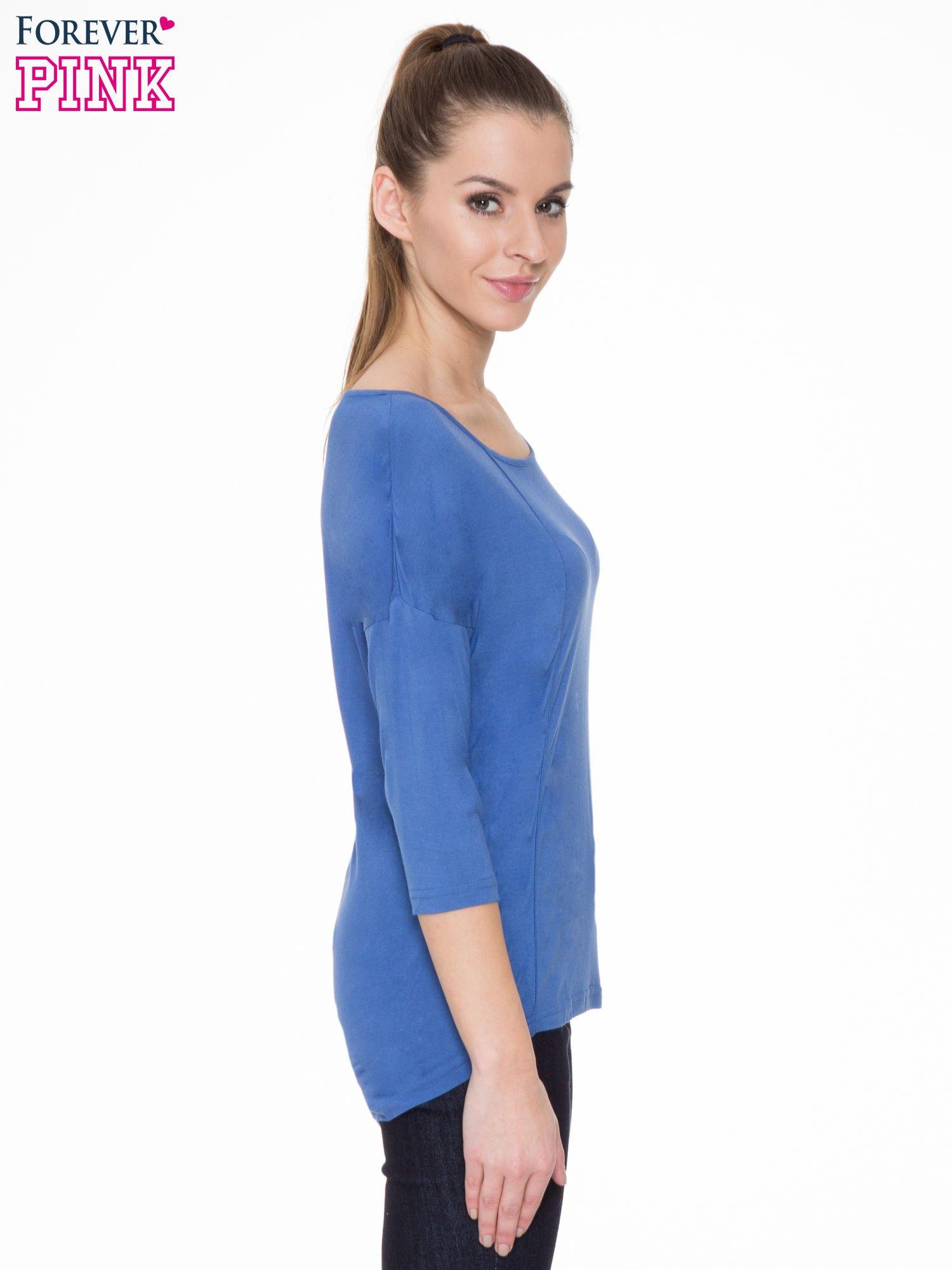 Niebieska gładka bluzka z ozdobnymi przeszyciami                                  zdj.                                  3