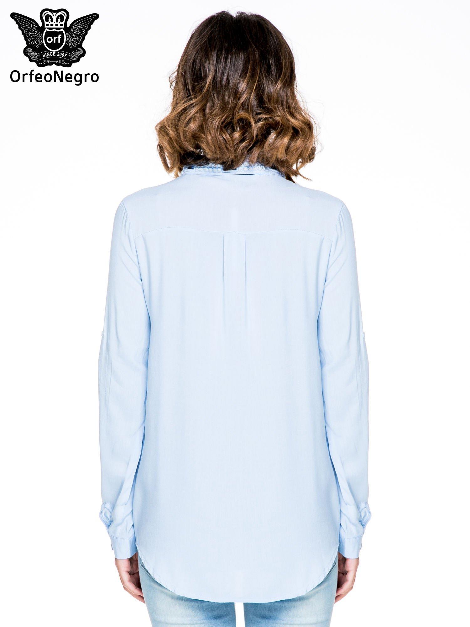 Niebieska koszula z biżuteryjnym kołnierzykiem                                  zdj.                                  4