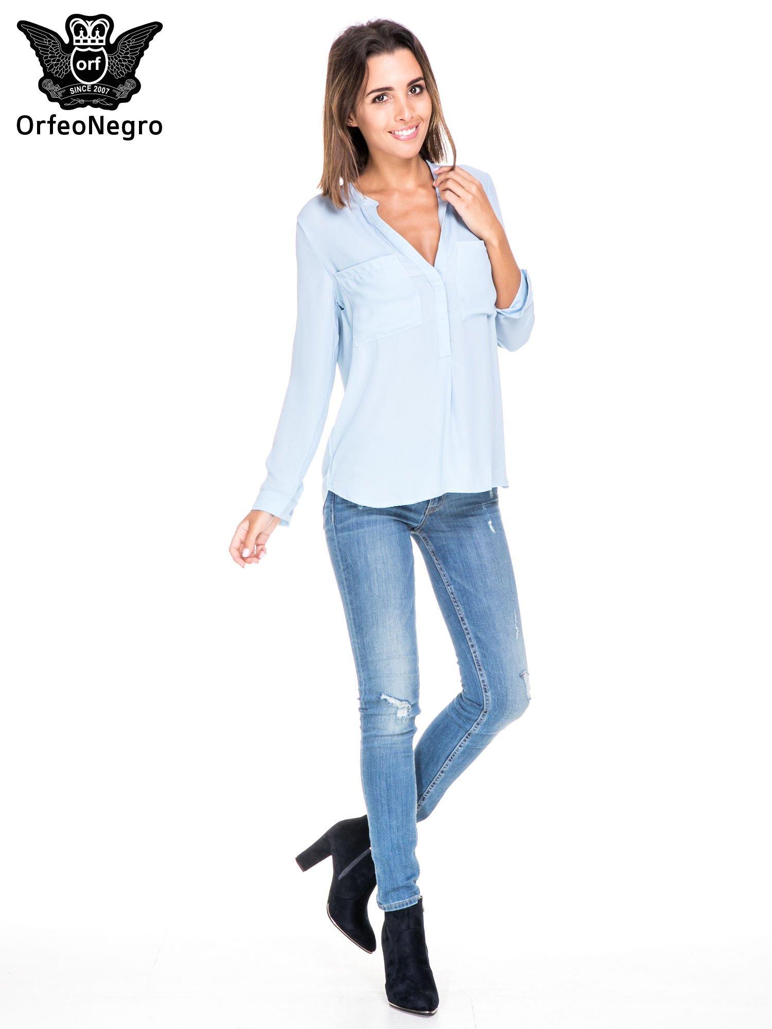 Niebieska koszula z dużymi kieszeniami i dekoltem w serek                                  zdj.                                  2