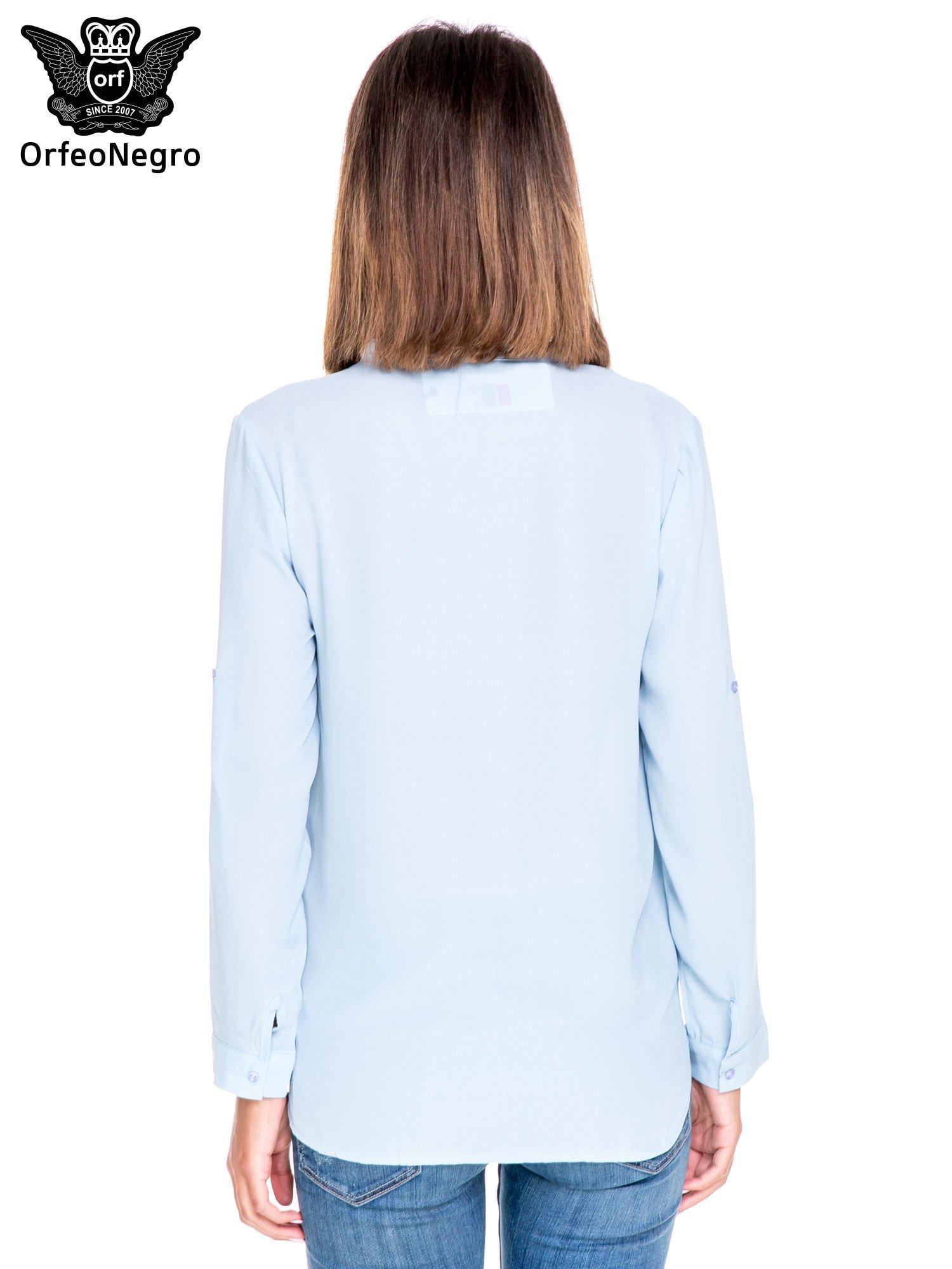 Niebieska koszula z dużymi kieszeniami i dekoltem w serek                                  zdj.                                  4