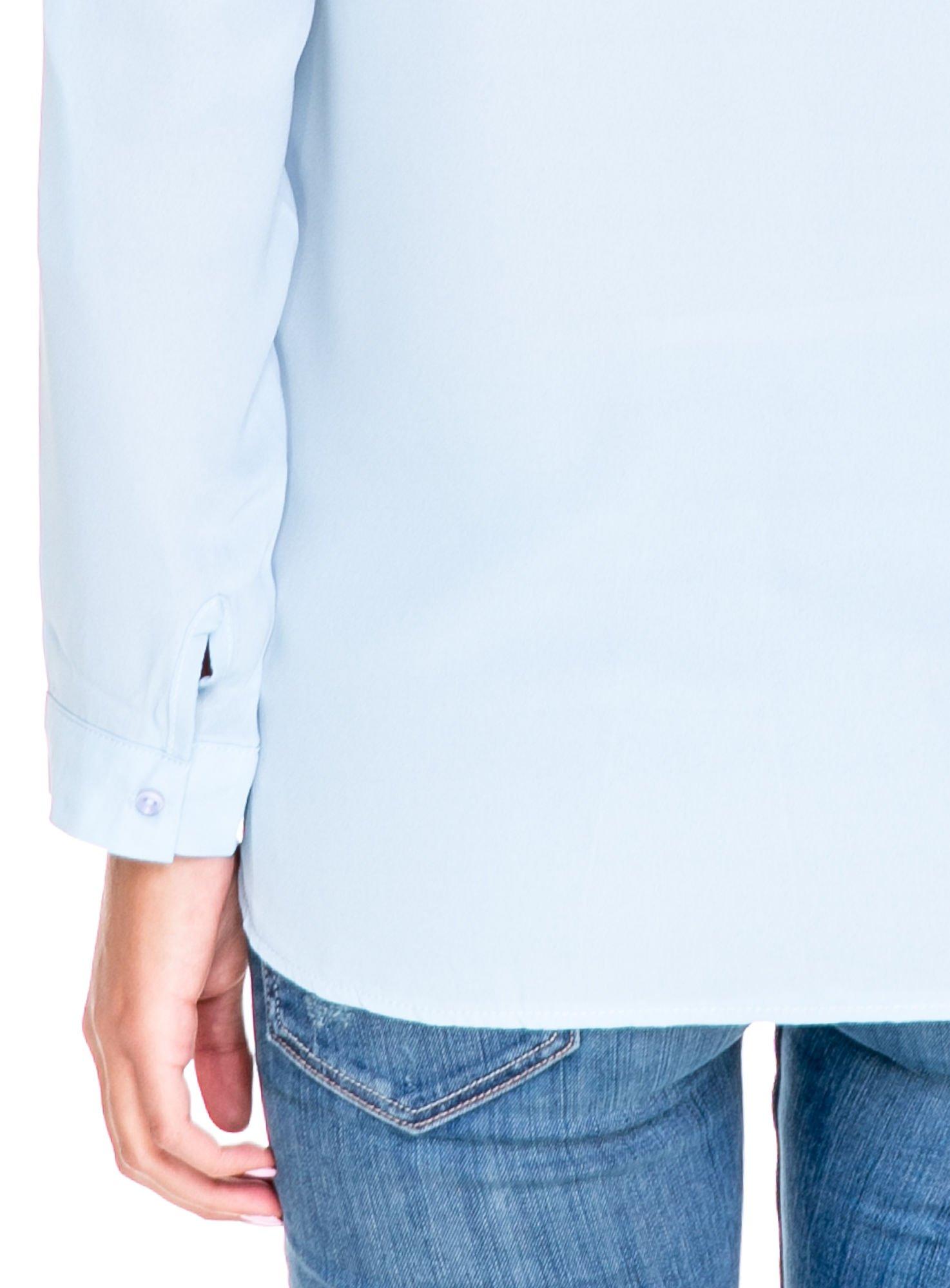 Niebieska koszula z dużymi kieszeniami i dekoltem w serek                                  zdj.                                  7