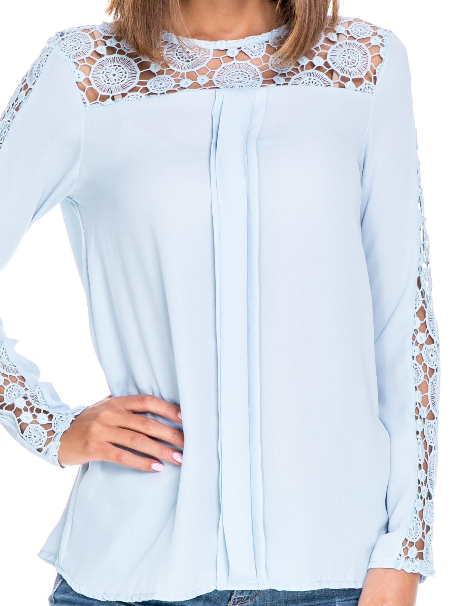 Niebieska koszula z gipiurą                                  zdj.                                  5