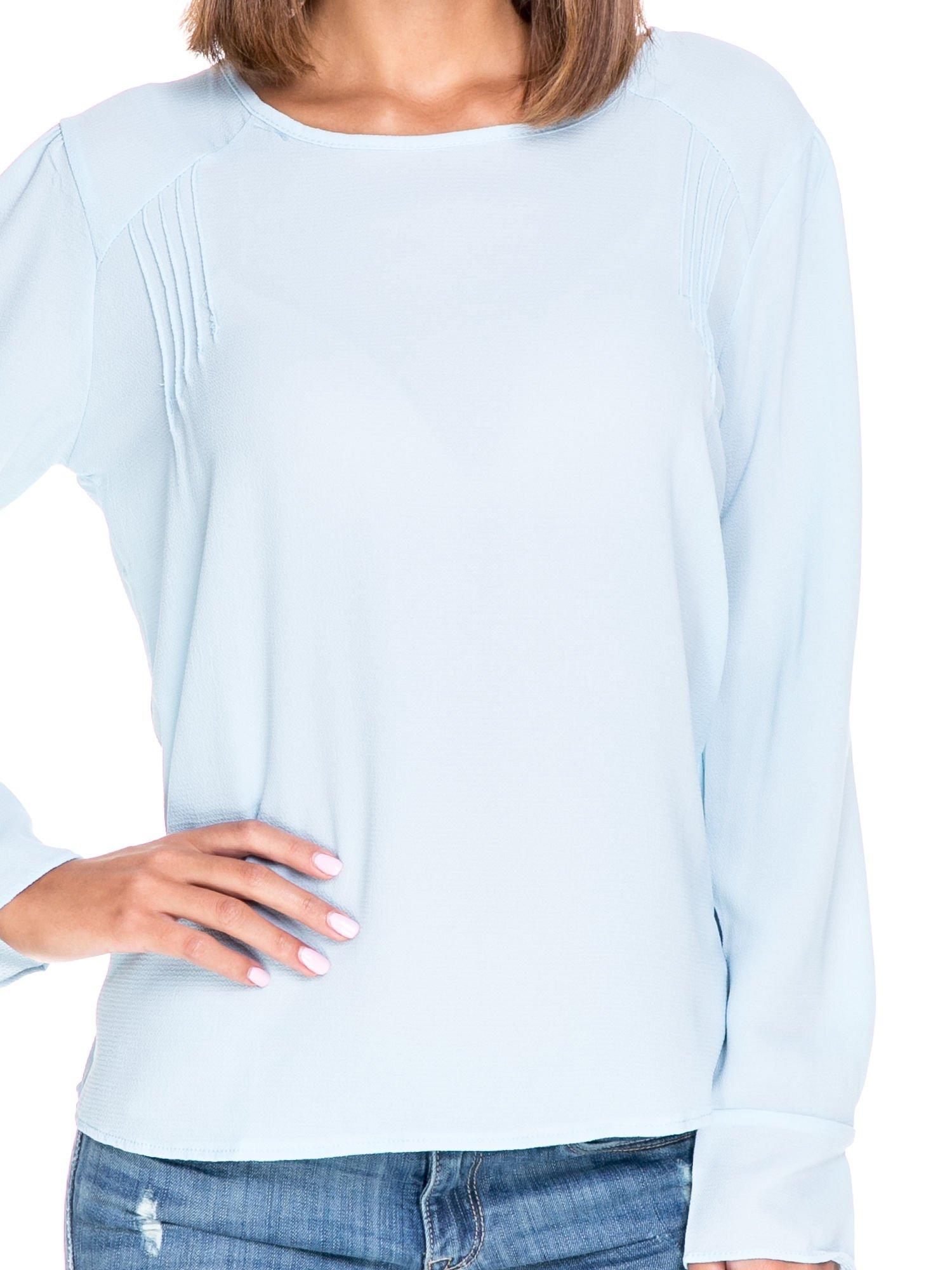 Niebieska koszula z wycięciem na plecach                                  zdj.                                  5