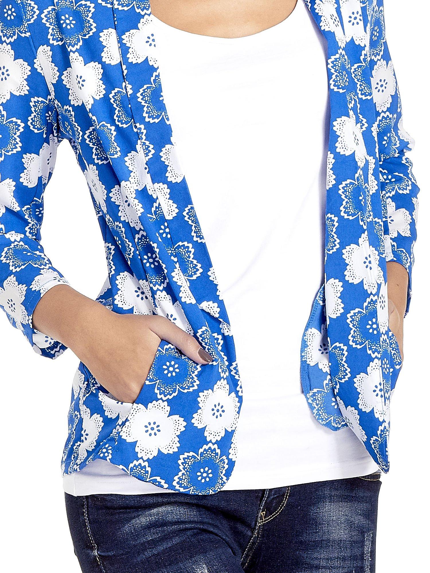 Niebieska koszulonarzutka we wzór w kwiaty                                  zdj.                                  6