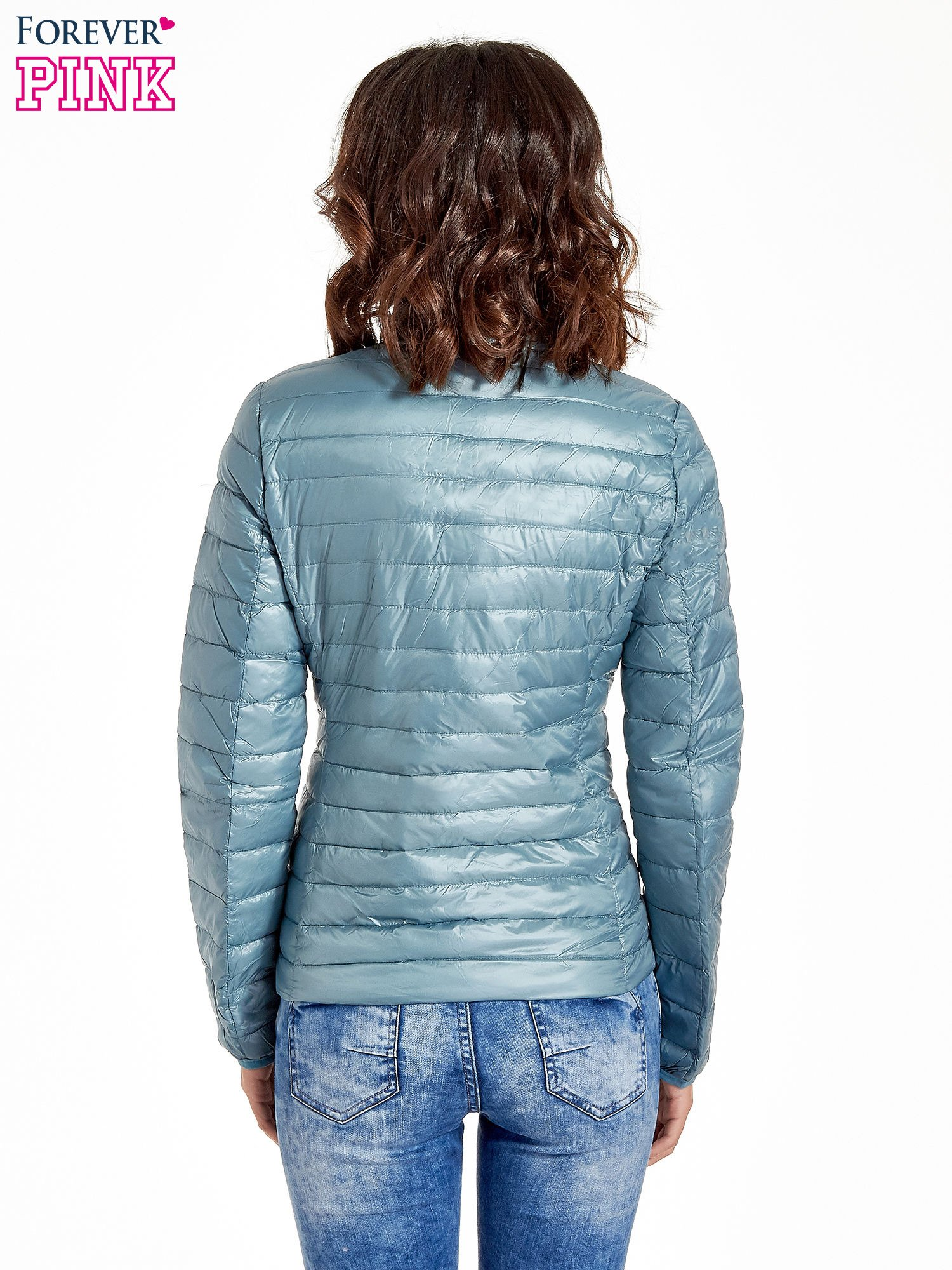 Niebieska lekka kurtka puchowa z kontrastowym zamkiem                                  zdj.                                  3