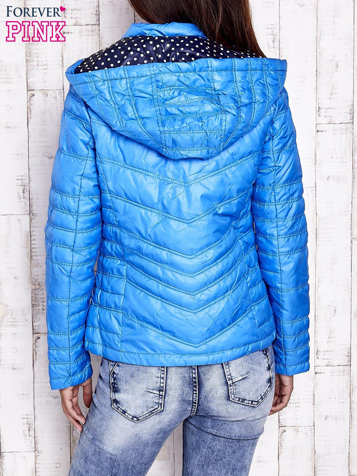 Niebieska pikowana kurtka z wykończeniem w groszki                                  zdj.                                  2