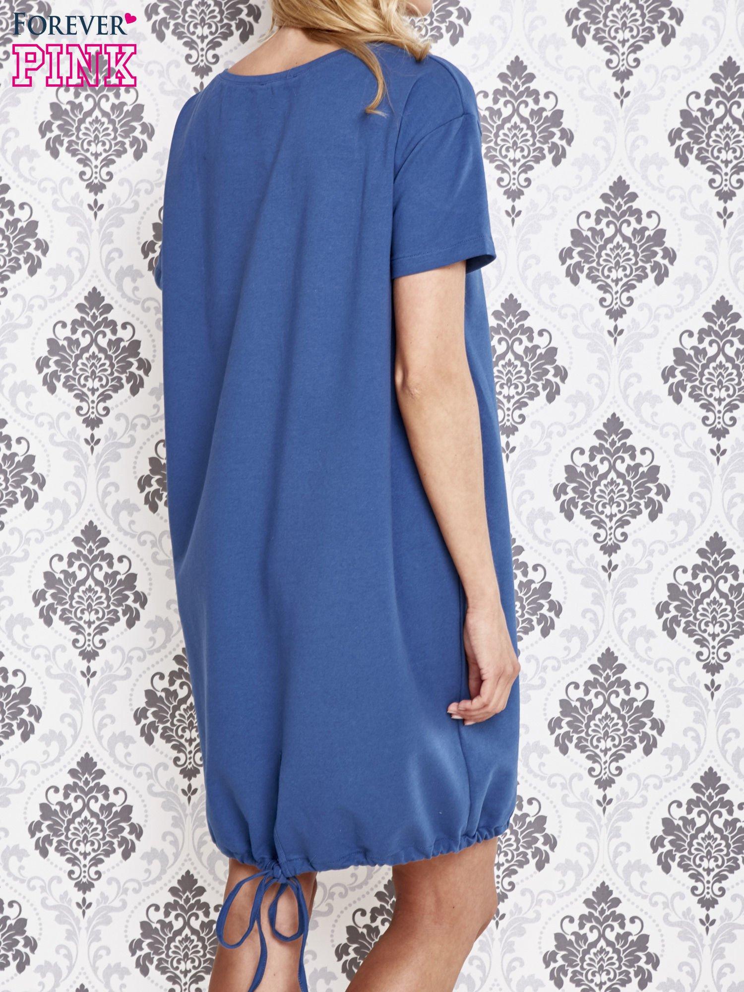 Niebieska sukienka dresowa ze ściągaczem na dole                                  zdj.                                  4
