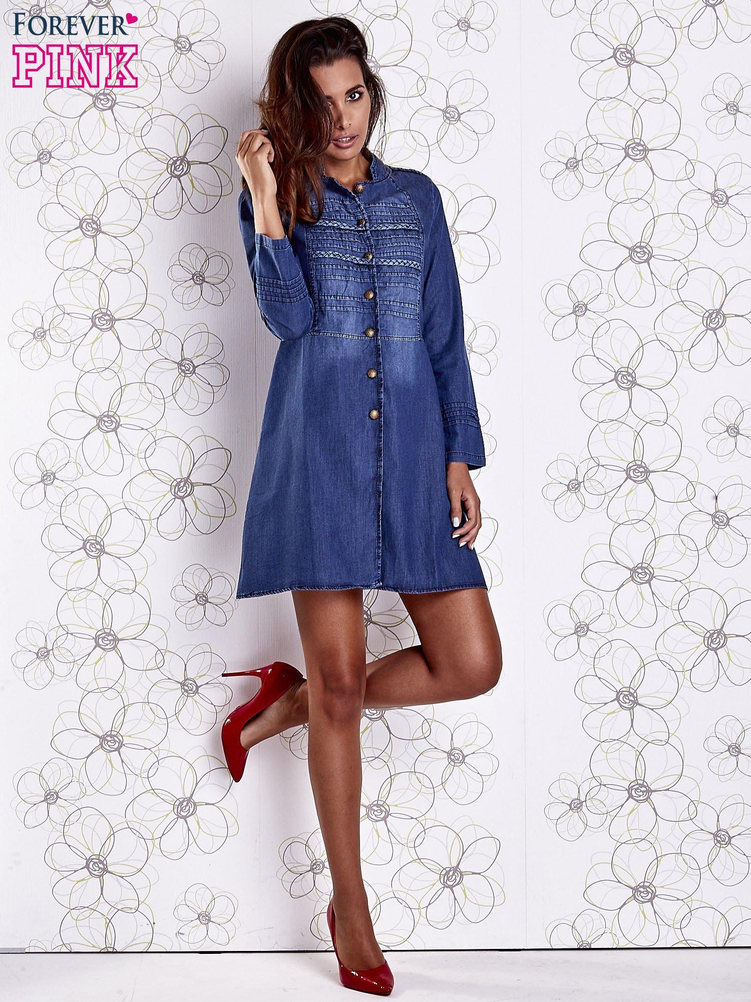 Niebieska sukienka jeansowa z plecionymi elementami                                  zdj.                                  2