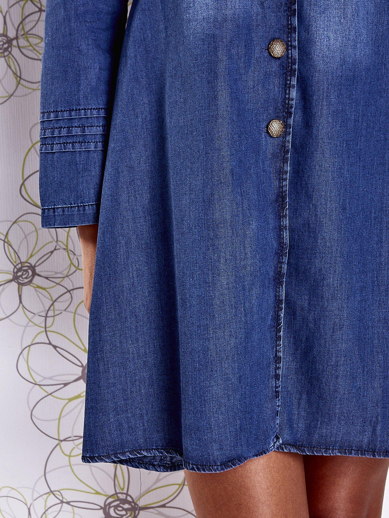 Niebieska sukienka jeansowa z plecionymi elementami                                  zdj.                                  7