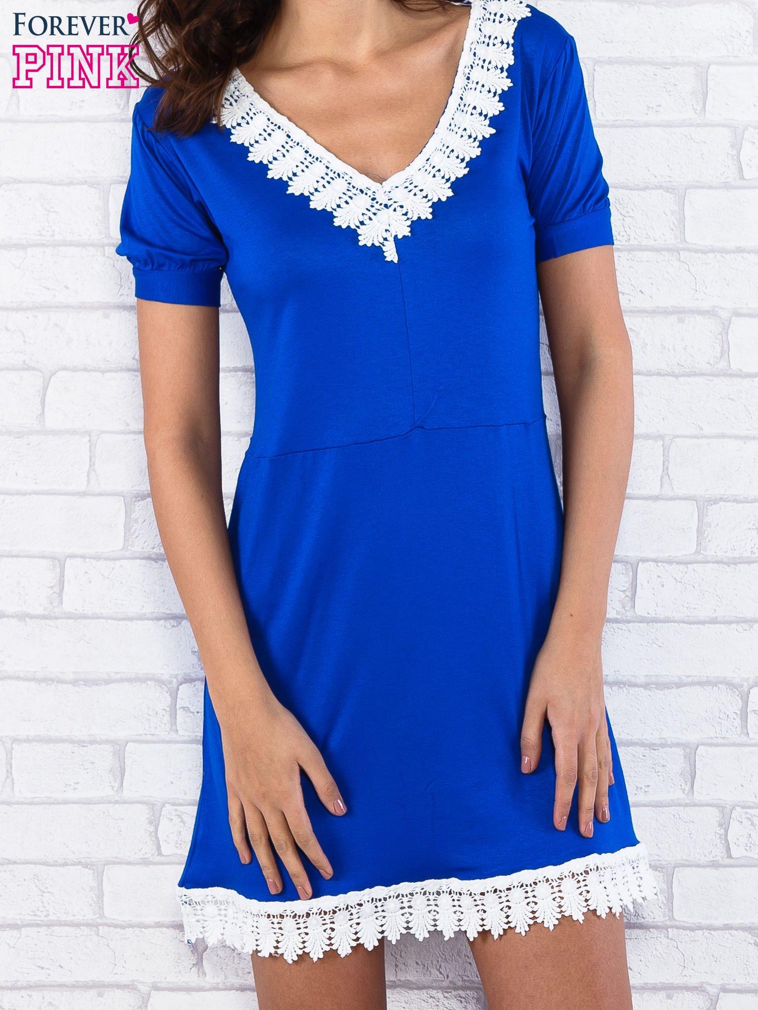 Niebieska sukienka z koronkowym wykończeniem                                  zdj.                                  4