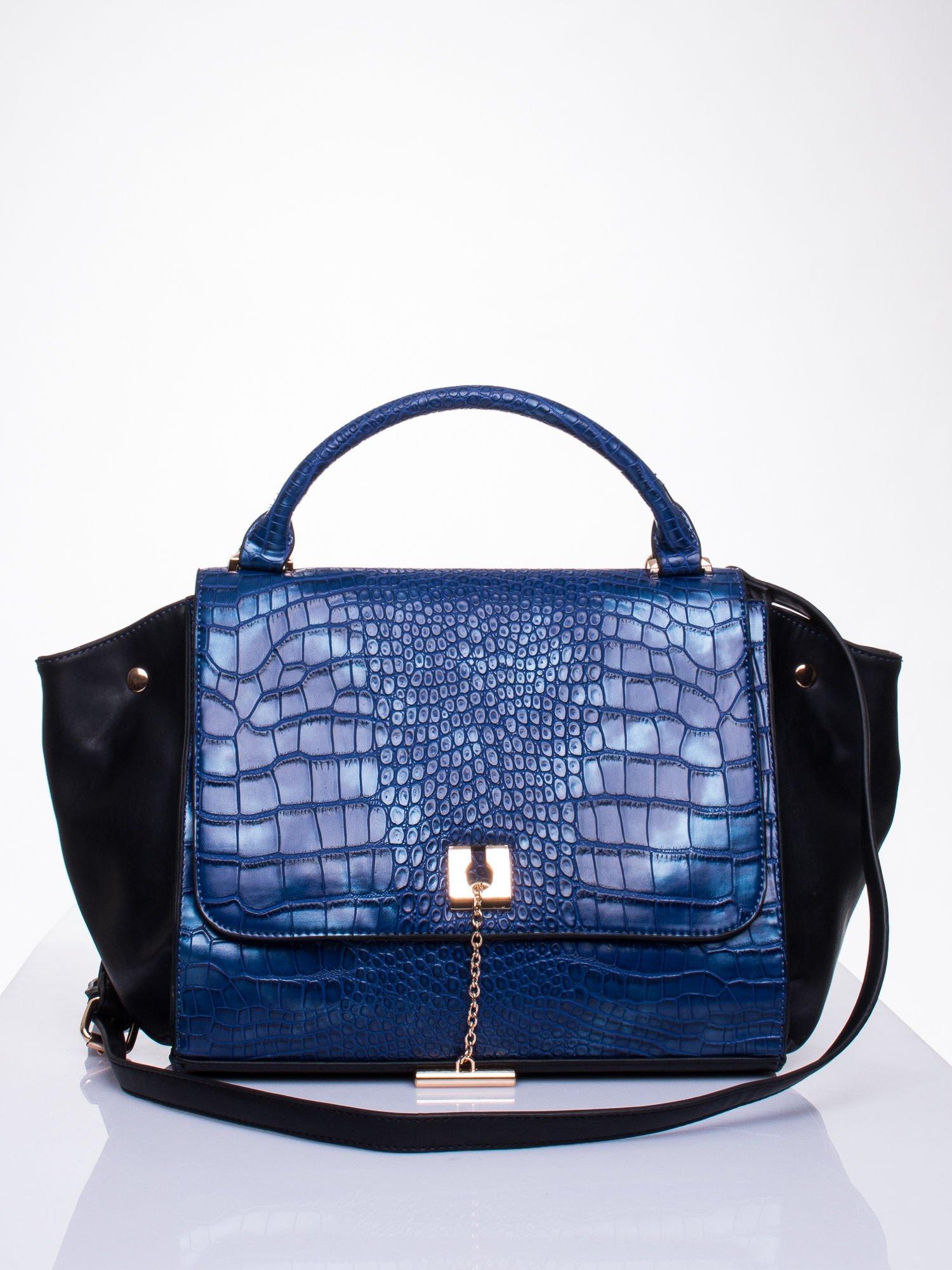 Niebieska torba z motywem skóry aligatora i złotym łańcuszkiem                                  zdj.                                  1