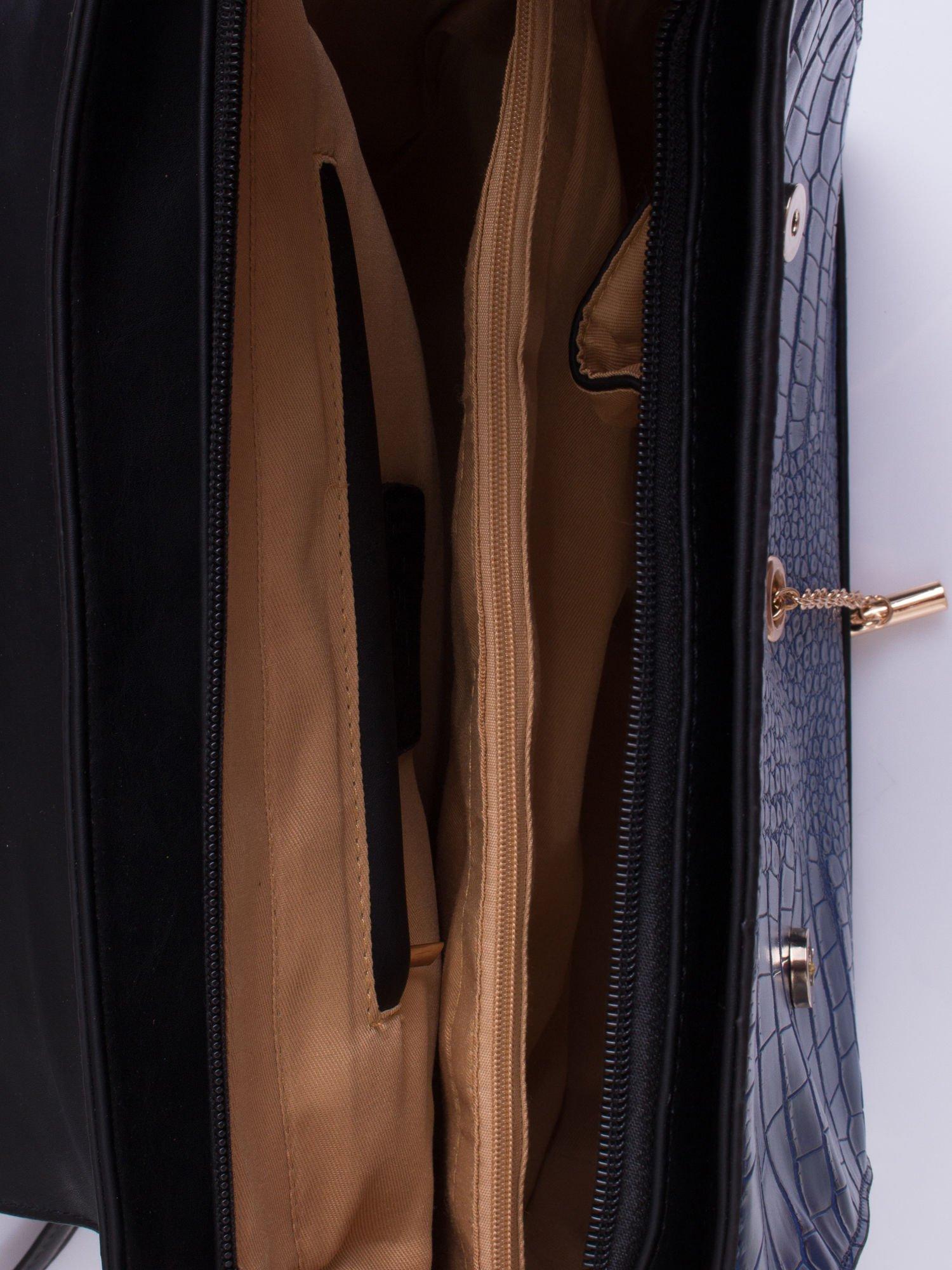 Niebieska torba z motywem skóry aligatora i złotym łańcuszkiem                                  zdj.                                  4