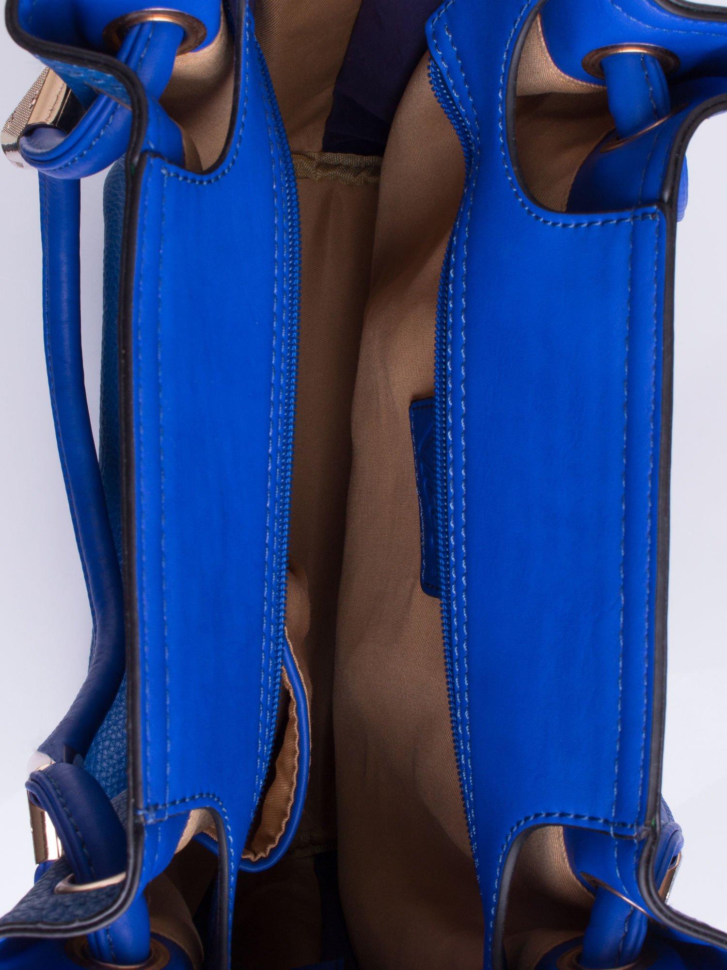 Niebieska torba z ozdobnym uchwytem                                  zdj.                                  4