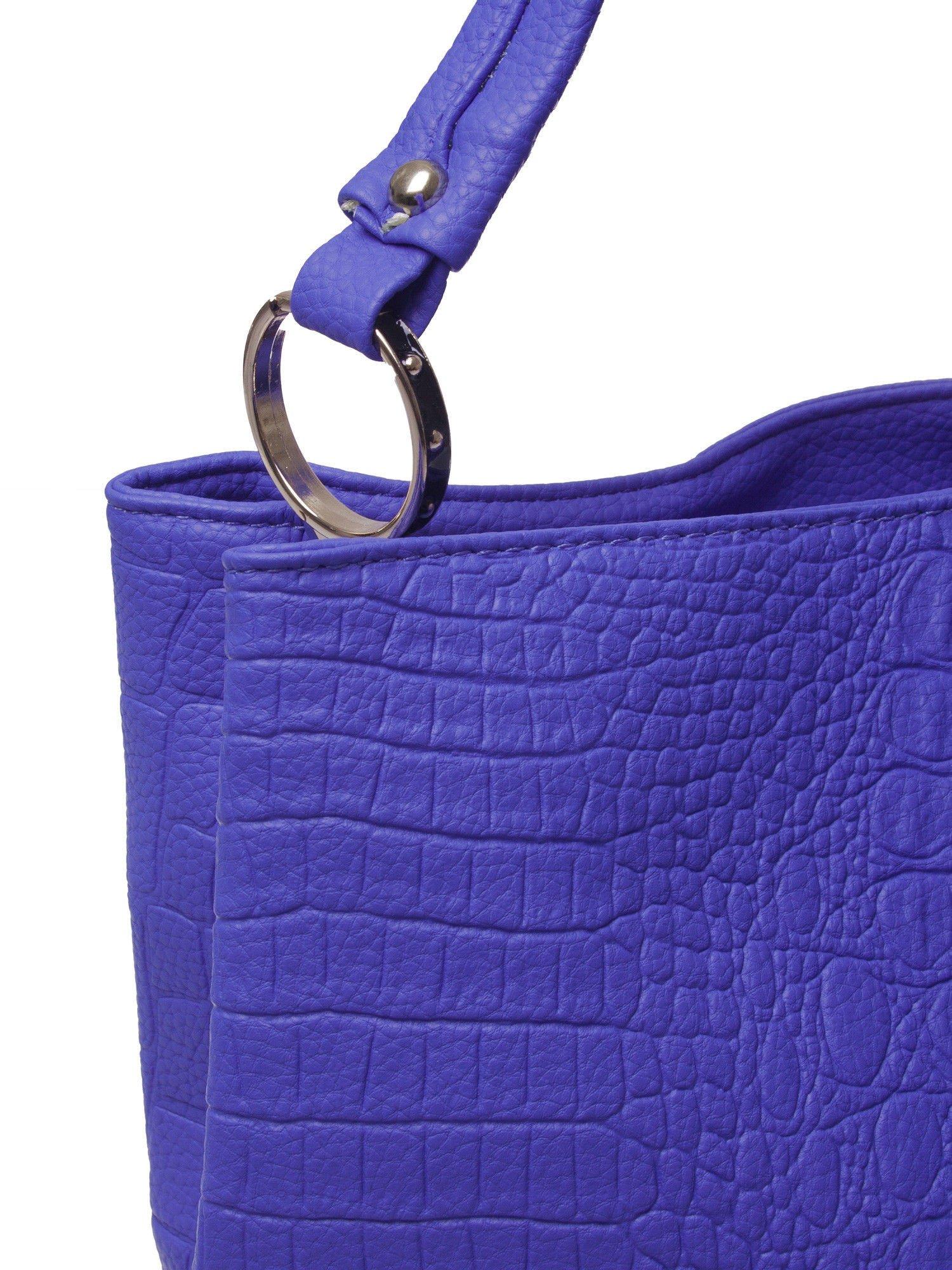 Niebieska torebka na ramię tłoczona na wzór skóry krokodyla                                  zdj.                                  3