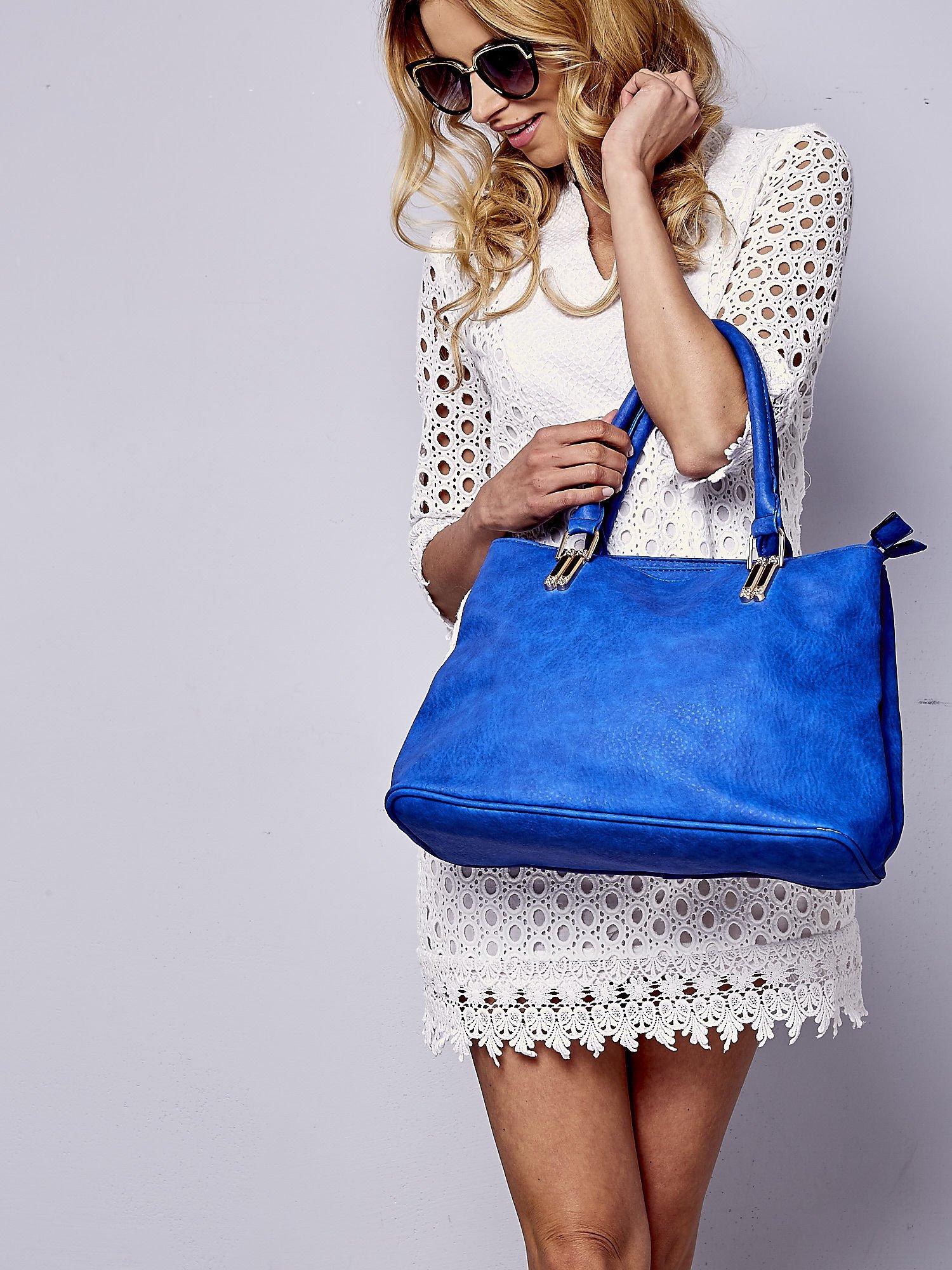 Niebieska torebka ze złotymi okuciami z kryształkami                                  zdj.                                  1