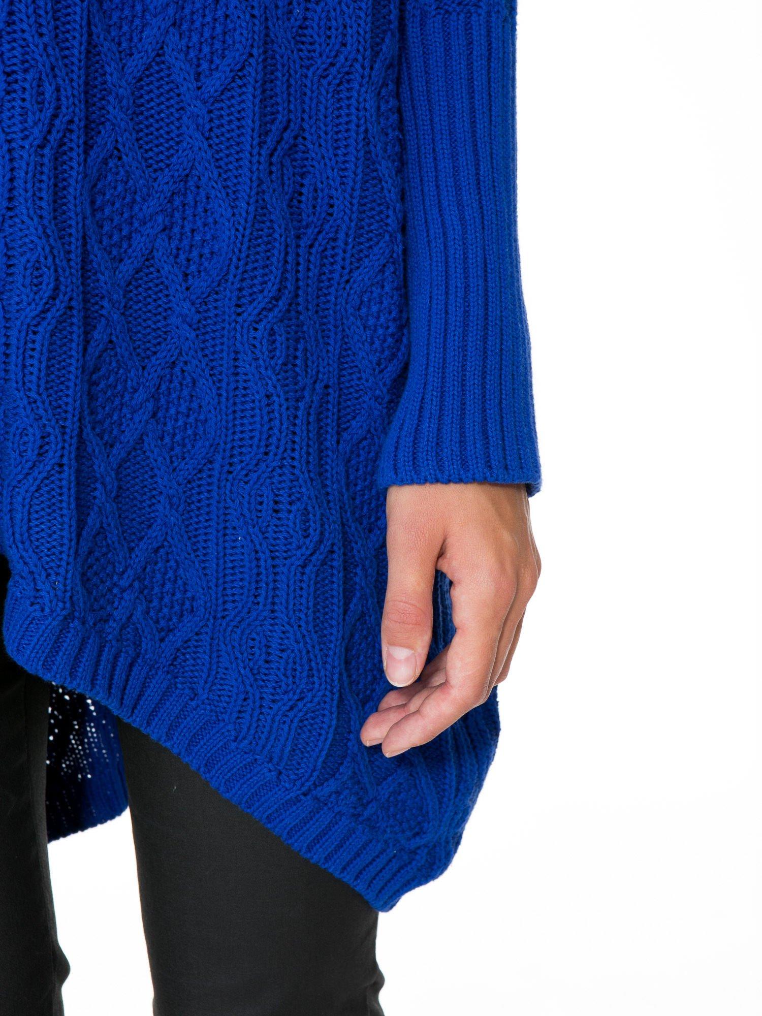 Niebieski dziergany długi sweter o kroju oversize                                  zdj.                                  7