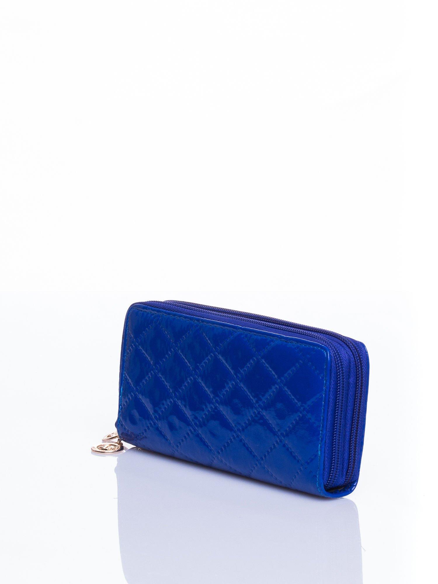 Niebieski lakierowany pikowany portfel                                  zdj.                                  2